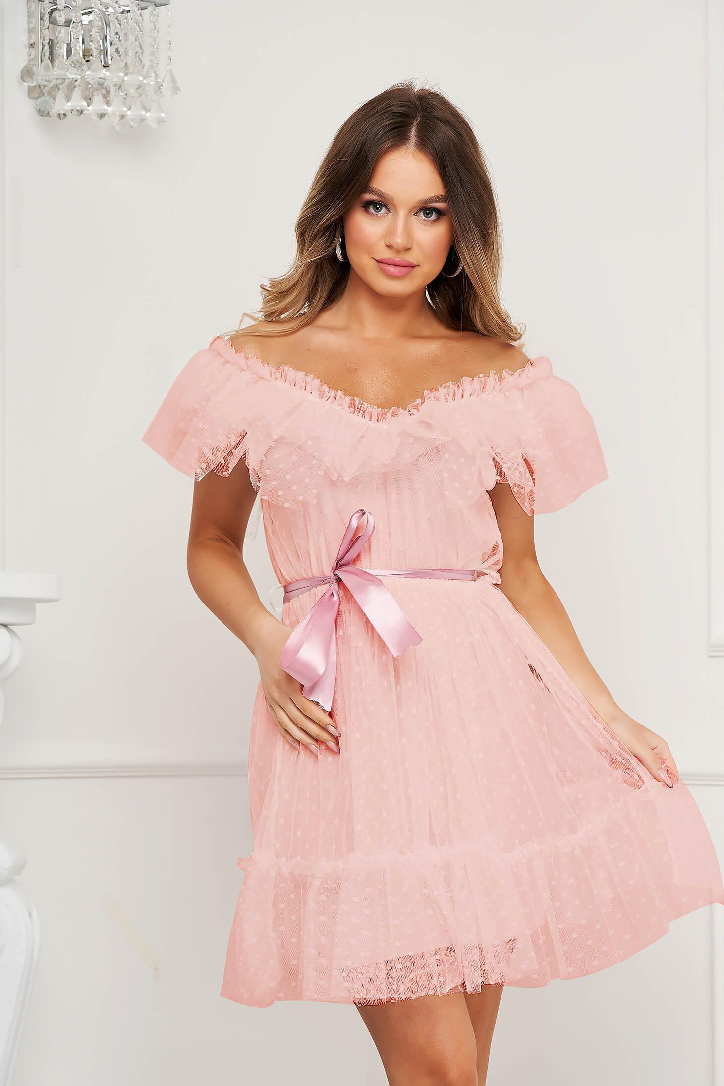 Rochie roz prafuit de ocazie din tul in clos pe umeri cu aplicatii din plumeti accesorizata cu cordon