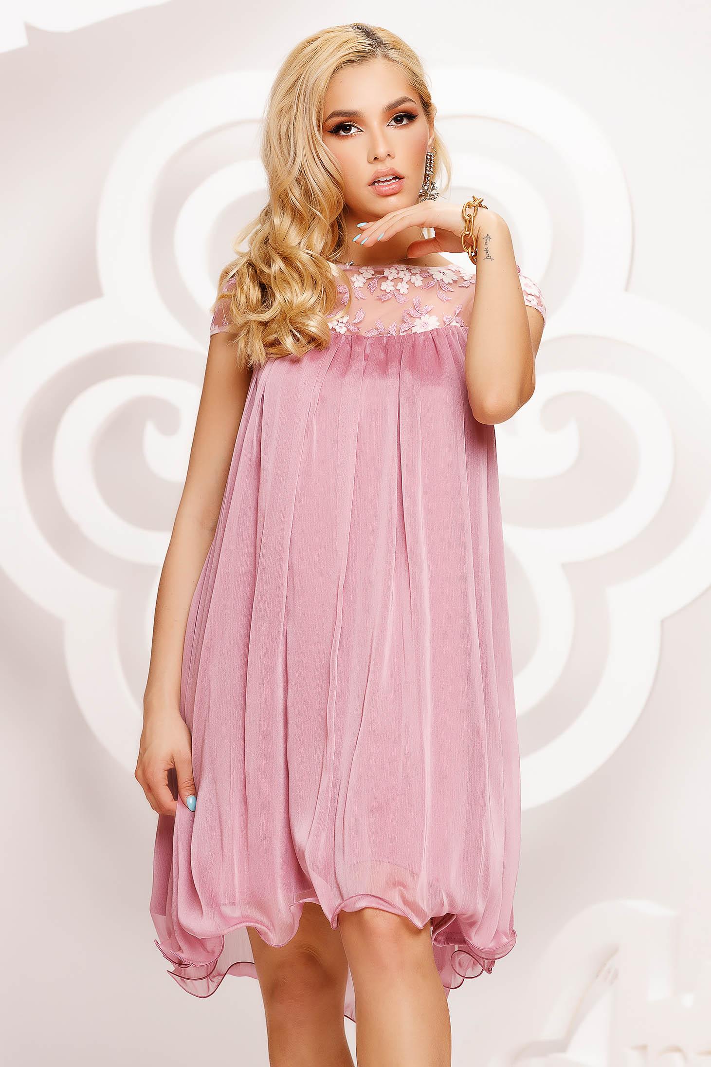 Alkalmi bő szabású rövid muszlin púder rózsaszínű ruha csipke díszítéssel