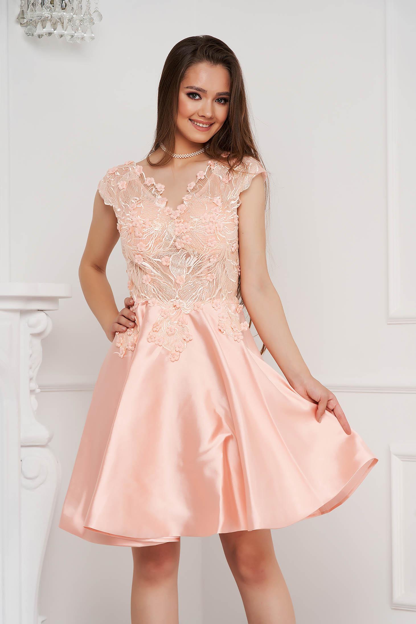 Rochie roz deschis scurta de ocazie in clos din material satinat si dantela