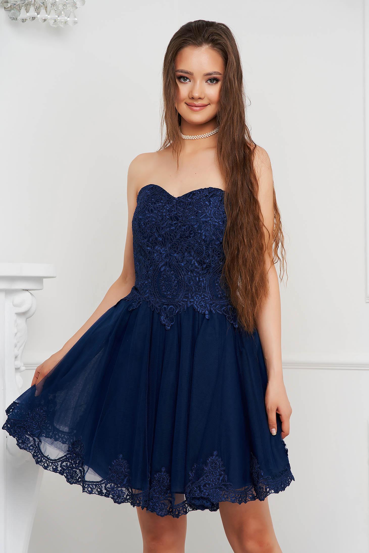 Rochie albastru-inchis scurta de ocazie in clos din voal cu bust buretat tip corset si broderie