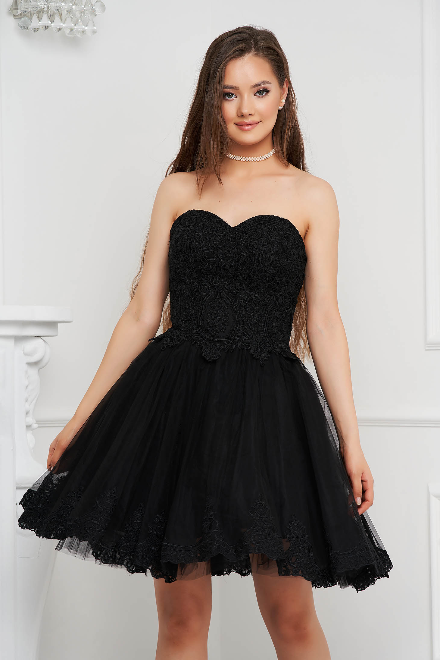 Rochie neagra scurta de ocazie in clos din voal cu bust buretat tip corset si broderie