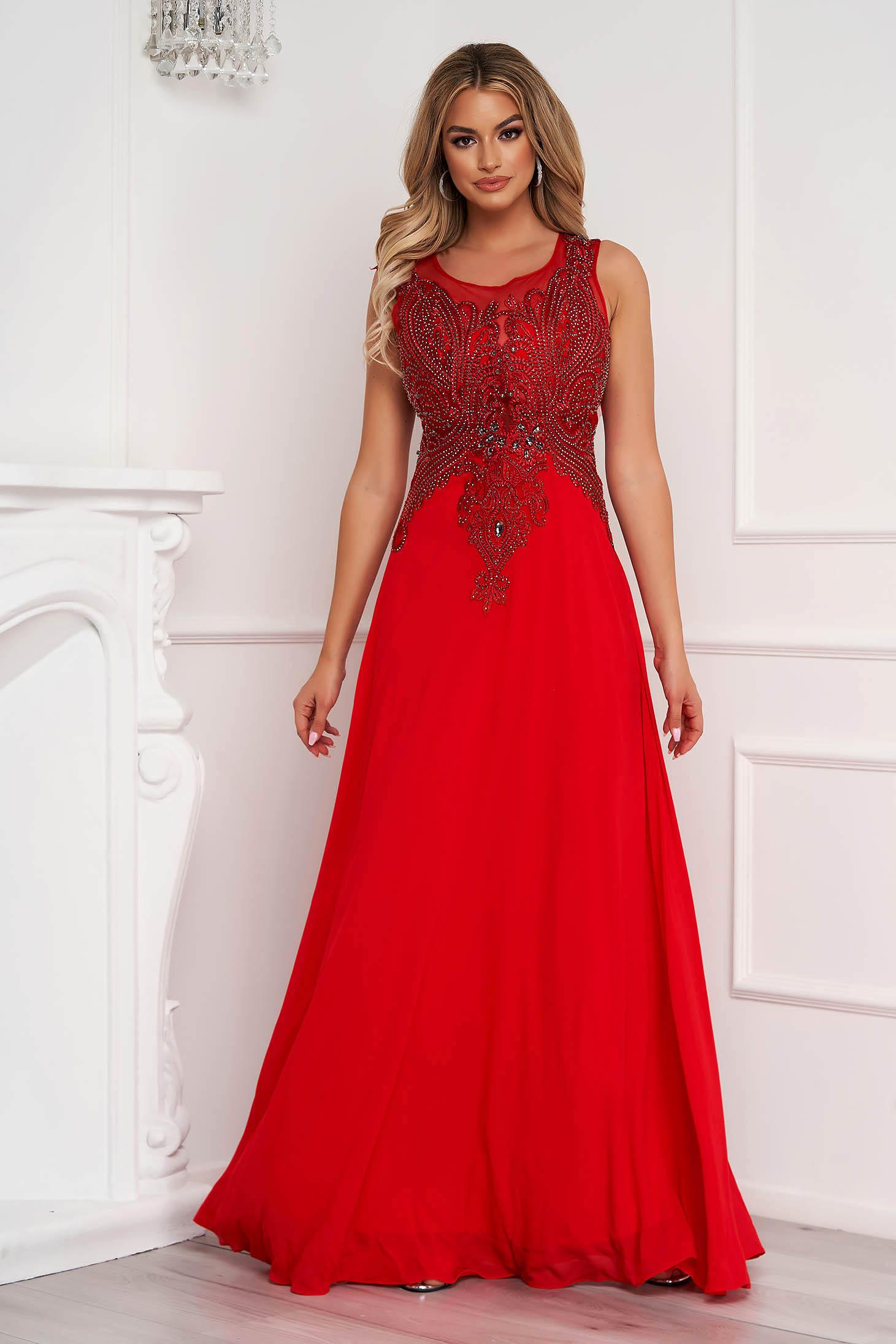 Rochie rosie lunga de ocazie in clos din voal fara maneci cu broderie accesorizata cu pietre stras