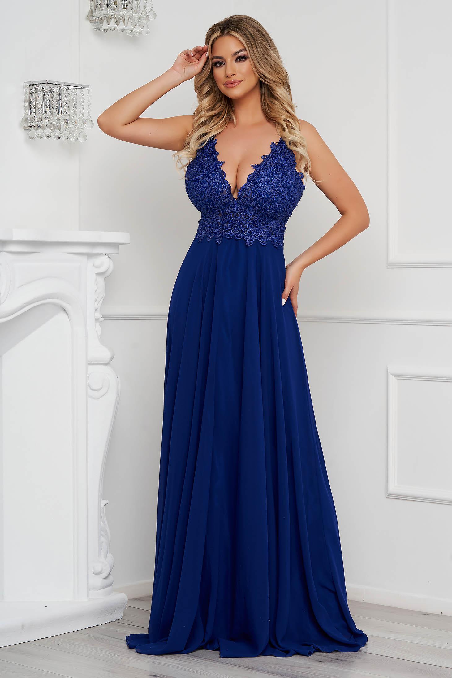 Kék mellrésznél szivacsos hosszú muszlin alkalmi ruha teljesen kivágott hátrésszel