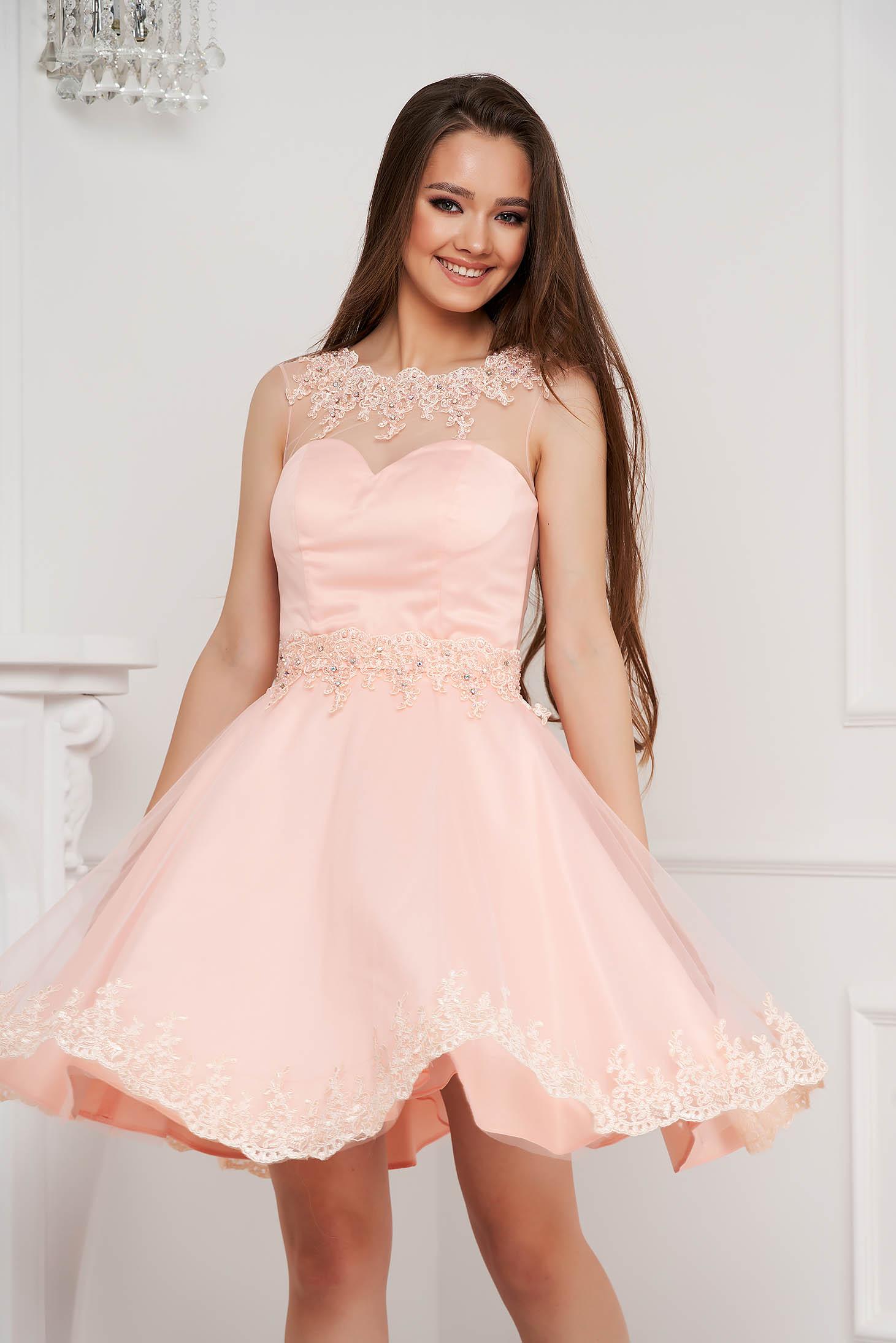 Világos rózsaszínű rövid harang ruha tüllből gyöngy díszítéssel strasszos kiegészítővel ellátott