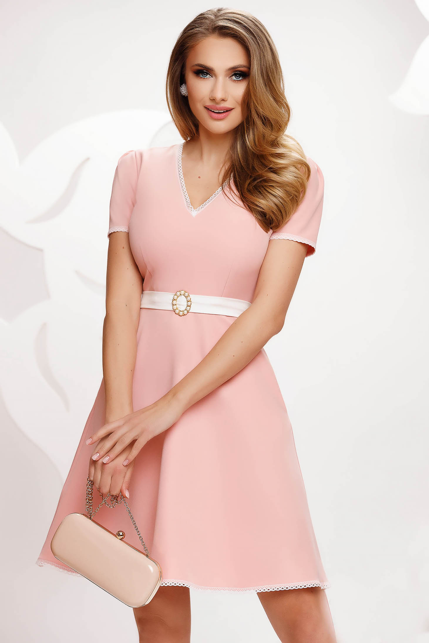 Rochie Fofy roz deschis scurta in clos din material usor elastic cu aplicatii de dantela cu buzunare