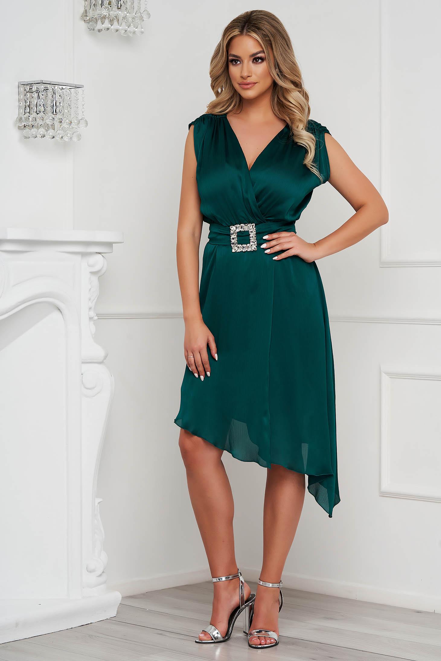 Rochie PrettyGirl verde-inchis eleganta asimetrica in clos din voal cu aspect satinat accesorizata cu cordon cu pietre strass