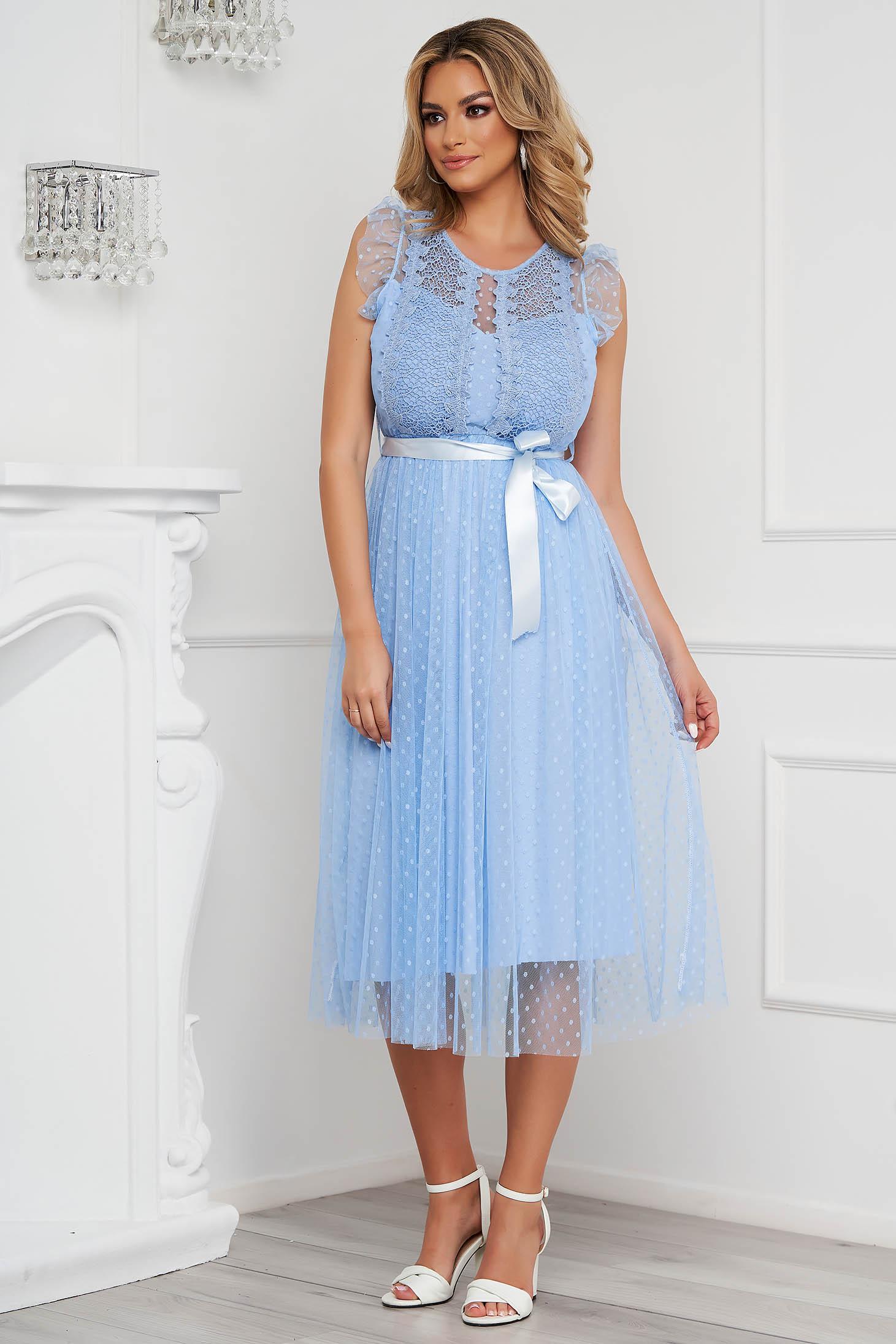 Rochie albastru-deschis midi de ocazie din tul in clos fara maneci cu aplicatii din plumeti