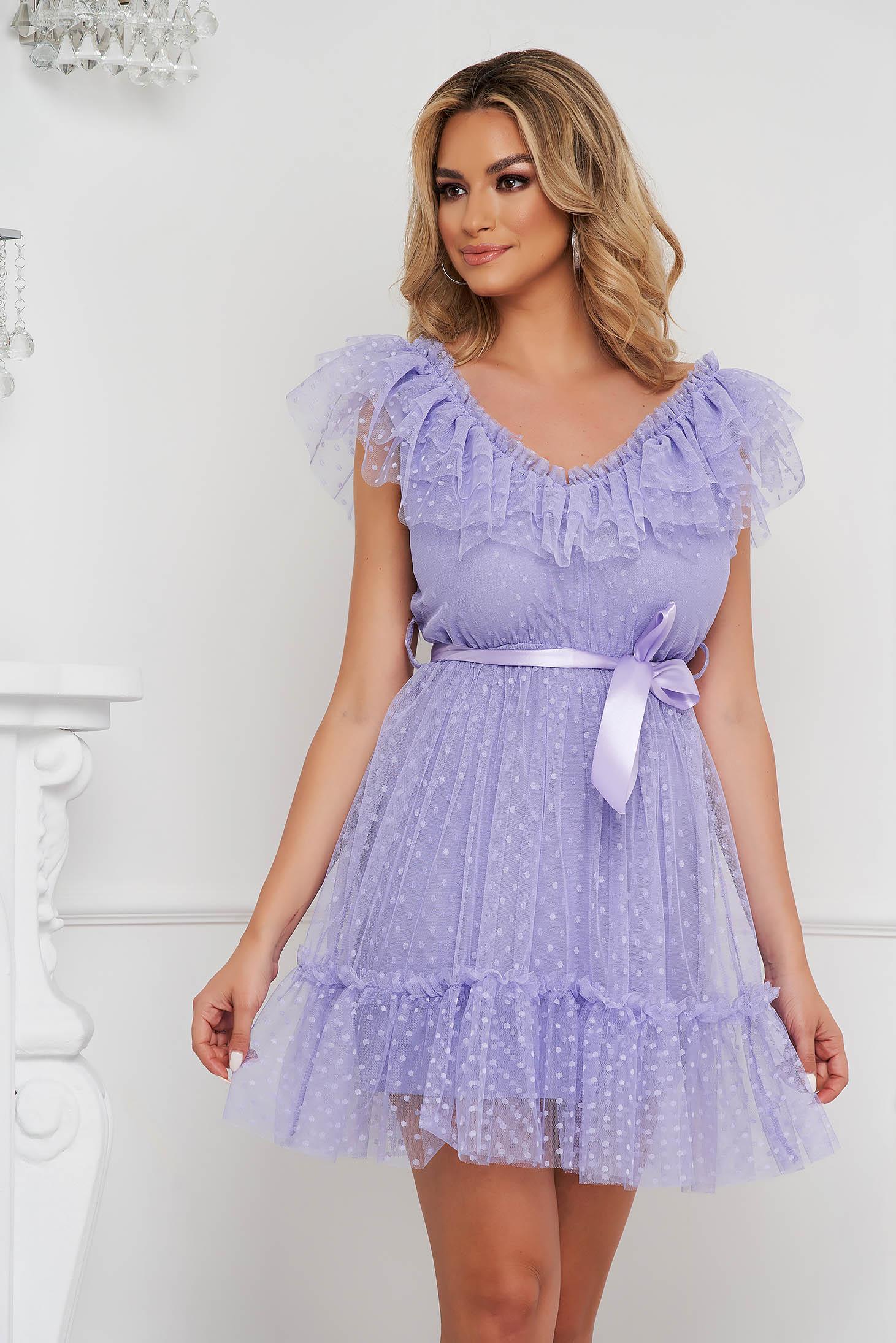 Rochie lila de ocazie din tul in clos pe umeri cu aplicatii din plumeti accesorizata cu cordon