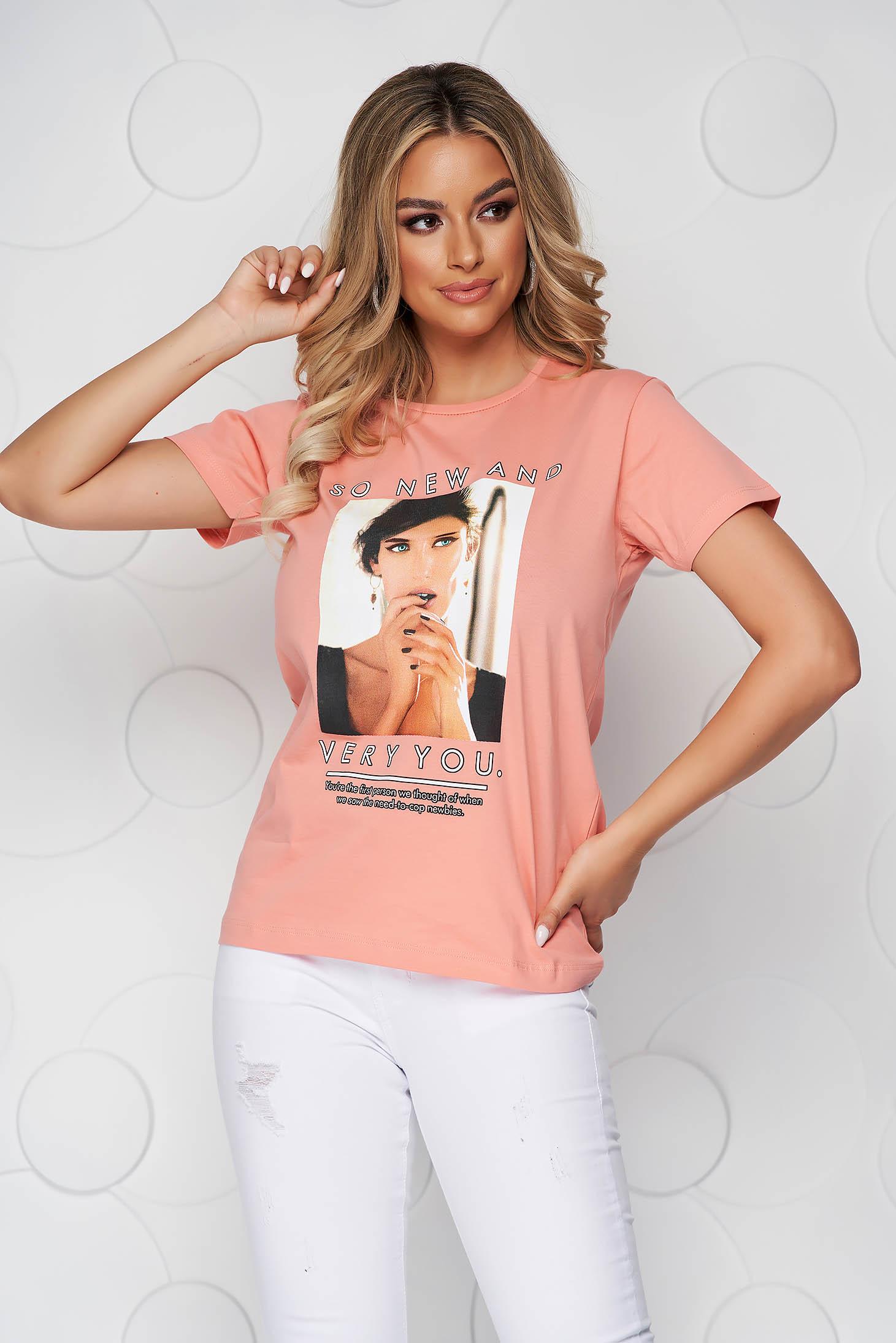 Pink bő szabású pamutból készült póló kerekített dekoltázssal grafikai díszítéssel