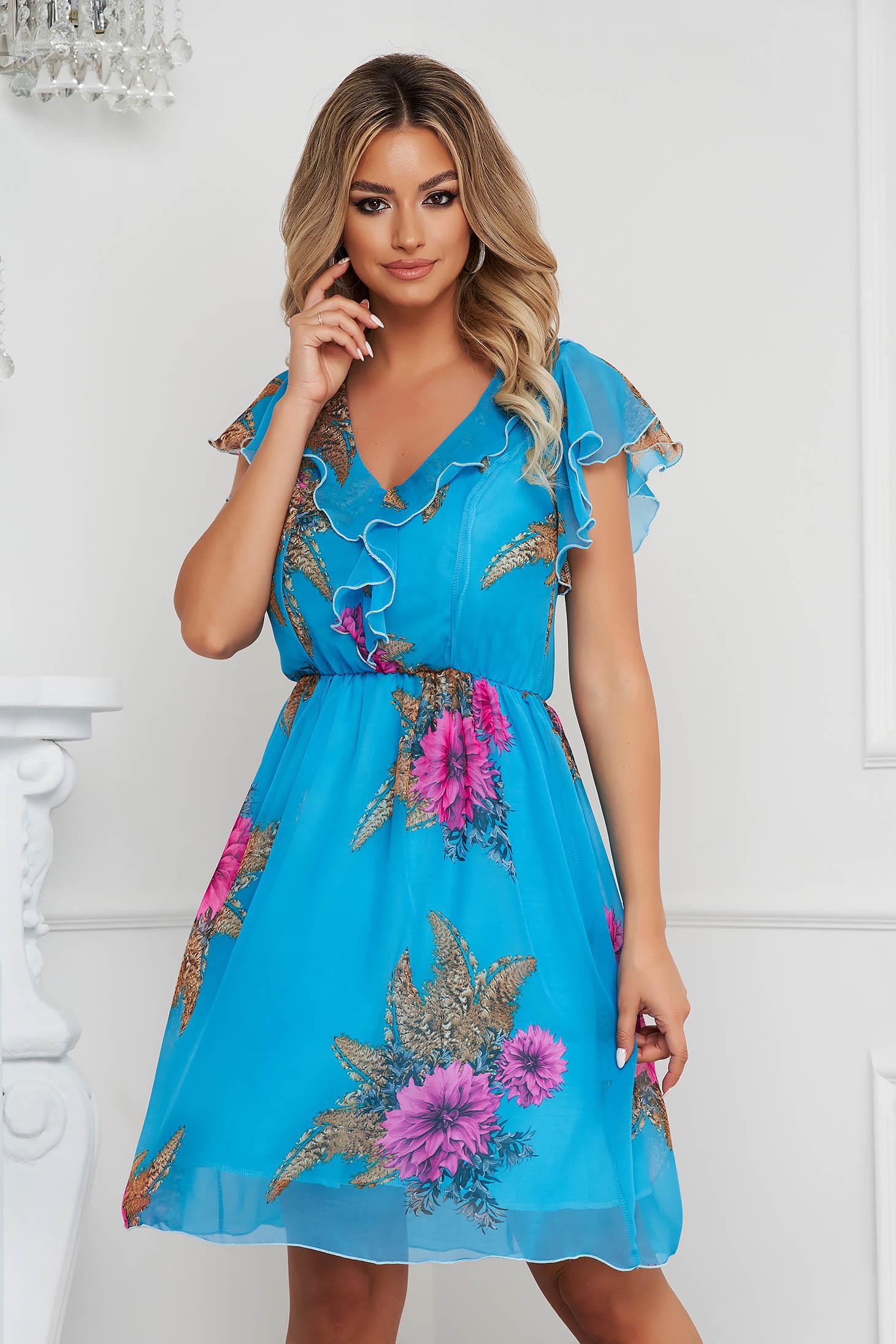 Rövid harang alakú ruha, gumirozott derékrésszel, muszlinból a dekoltázs vonalánál fodrokkal, illetve fodros ujjakkal