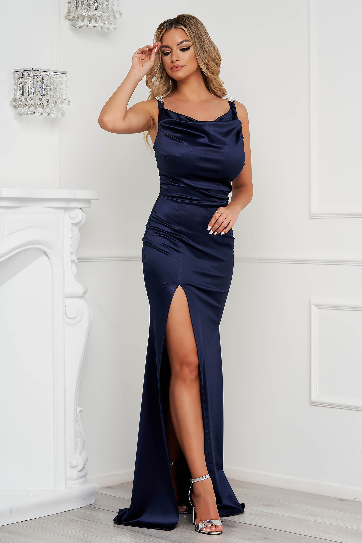 Rochie StarShinerS albastru-inchis lunga de ocazie din material elastic si lucios accesorizata cu pietre stras la bretele