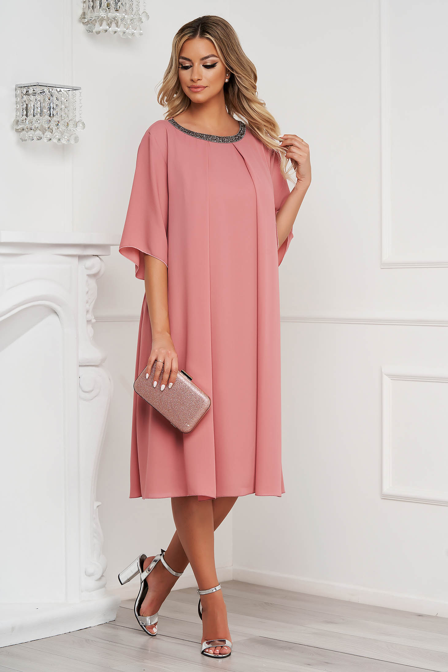 Rochie roz prafuit midi de ocazie cu croi larg din voal cu aplicatii cu pietre strass
