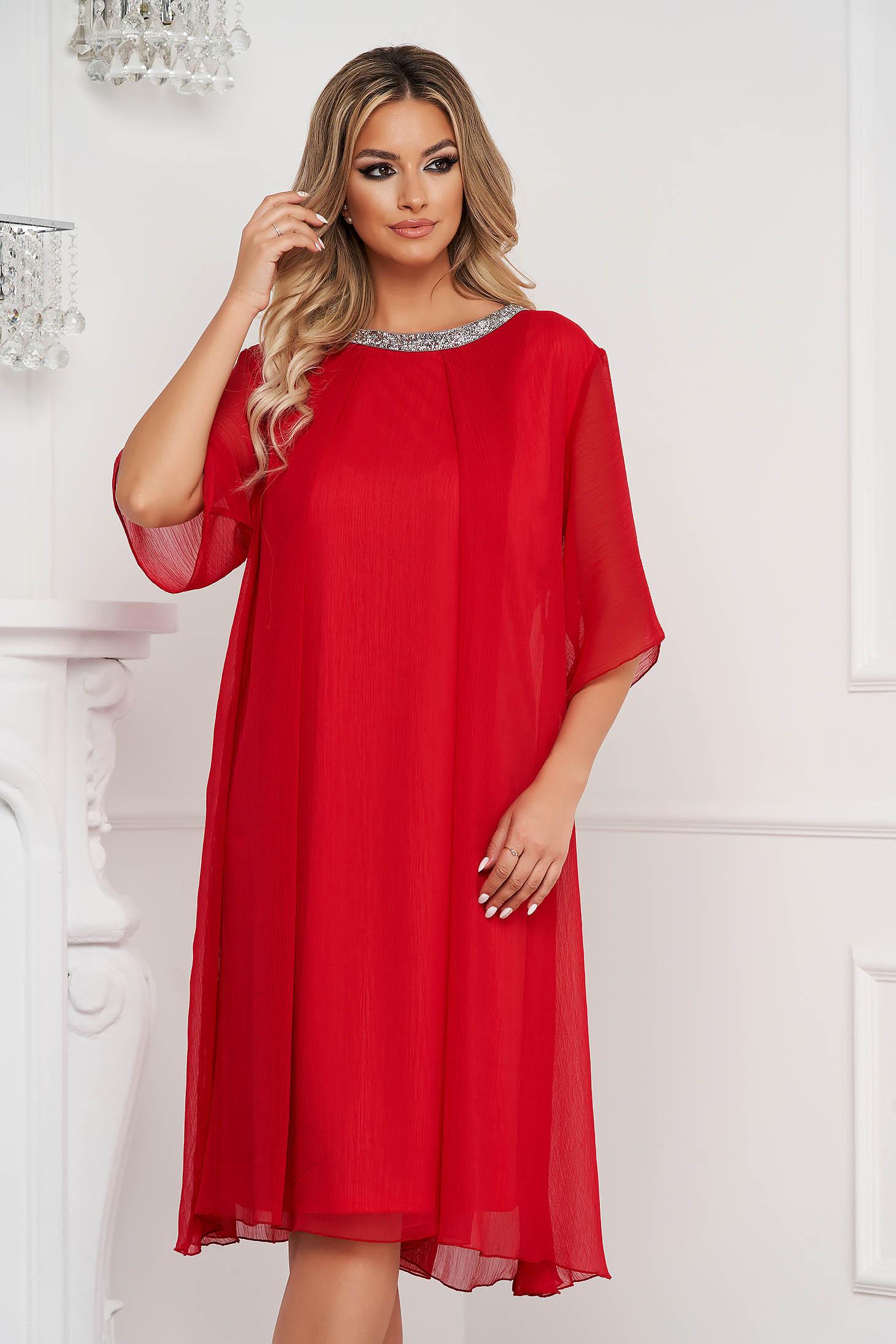 Rochie rosie midi din material creponat cu croi si maneci largi accesorizata cu pietre stras
