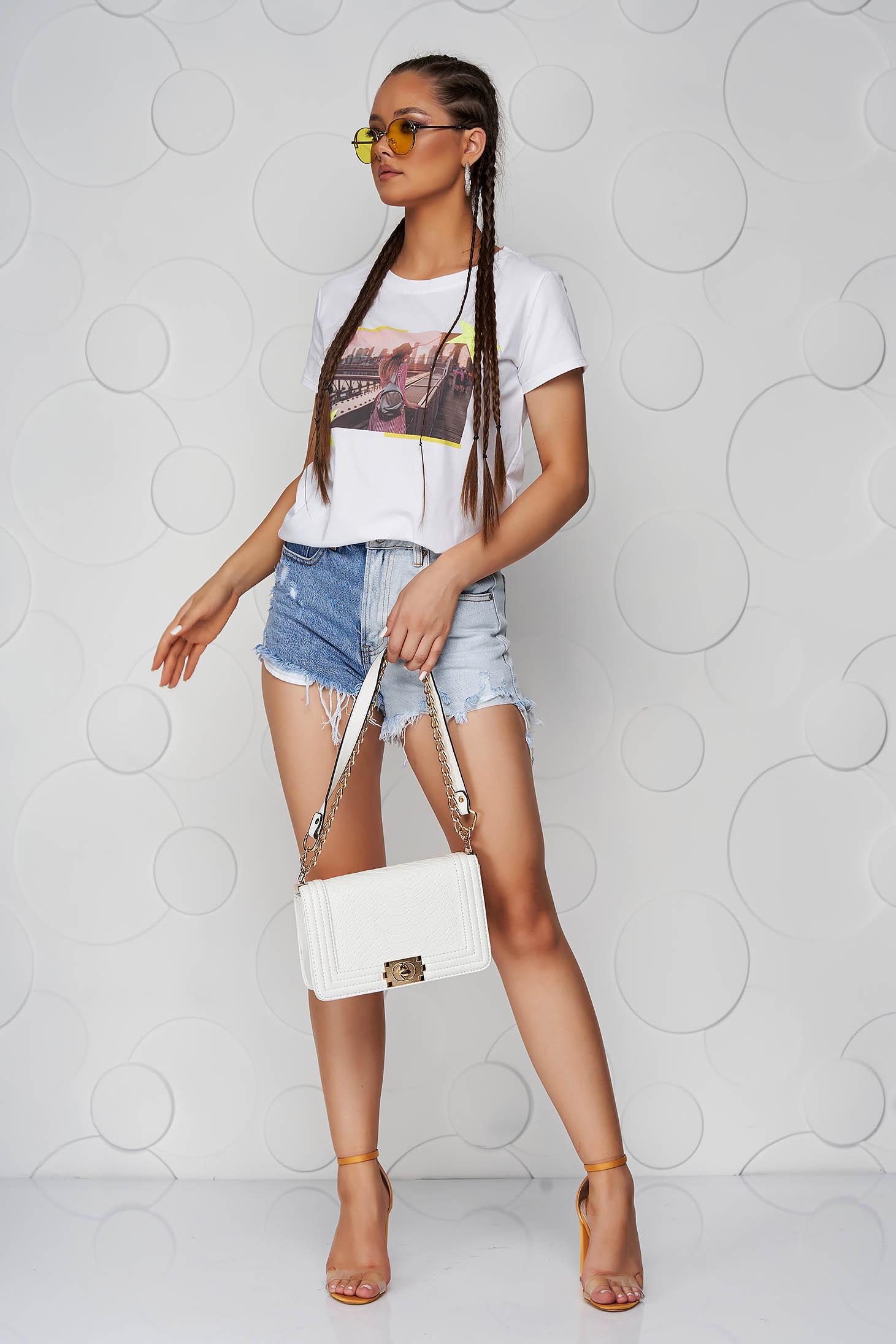 Tricou SunShine alb din bumbac cu croi larg cu decolteu rotunjit si aplicatii cu sclipici