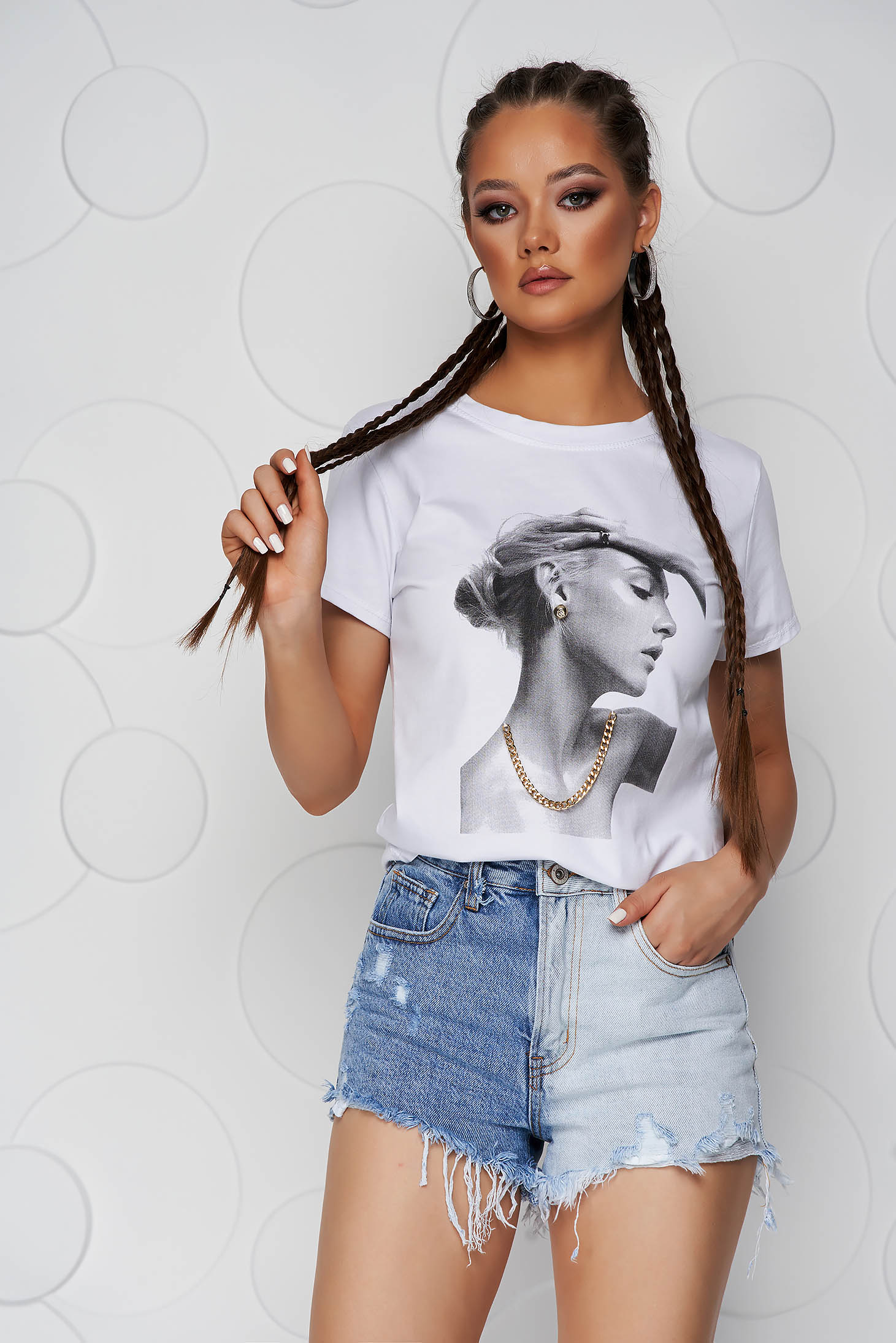 White t-shirt cotton loose fit with rounded cleavage accessorized with chain