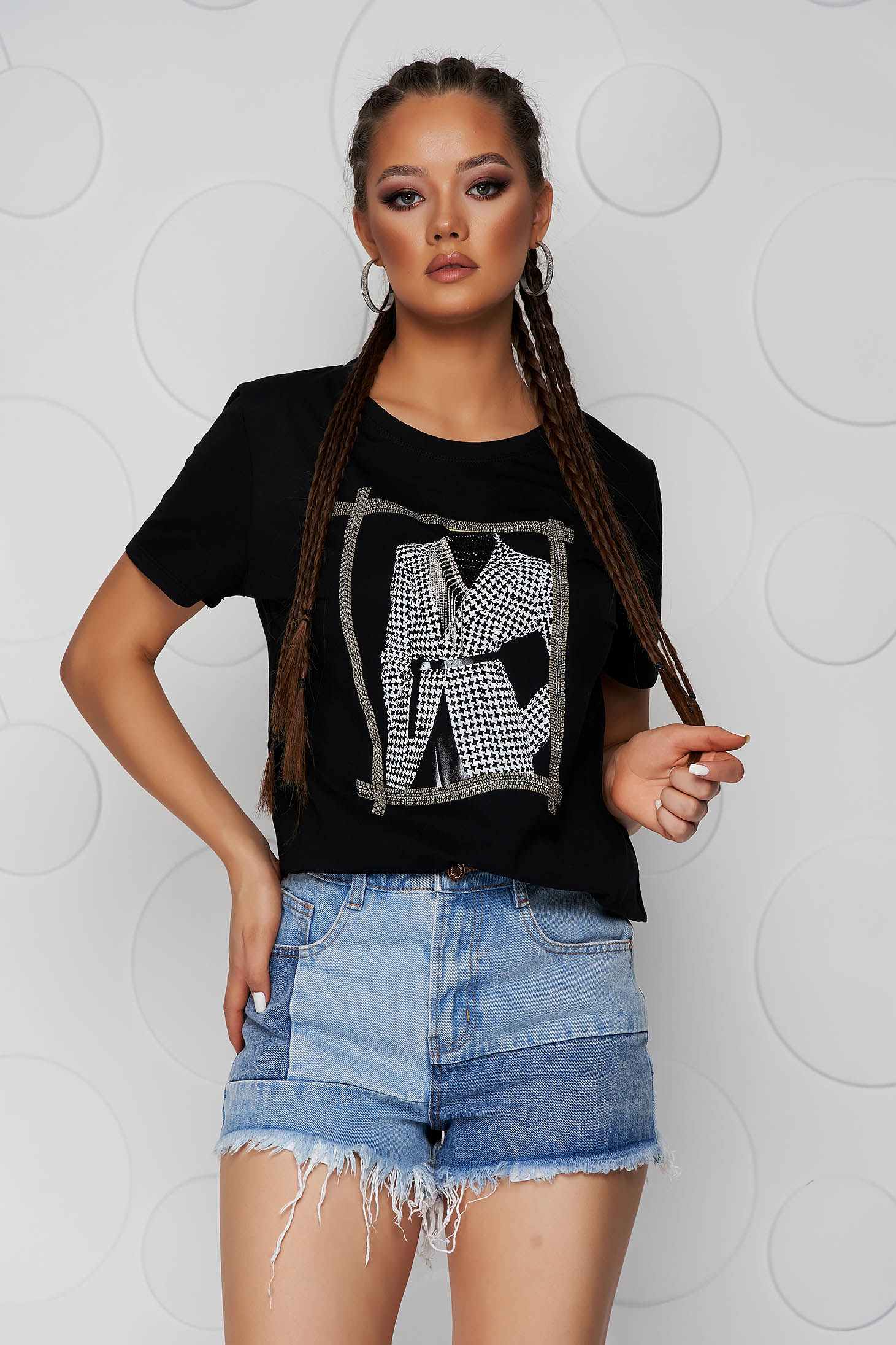 Black t-shirt cotton loose fit with rounded cleavage with graphic details