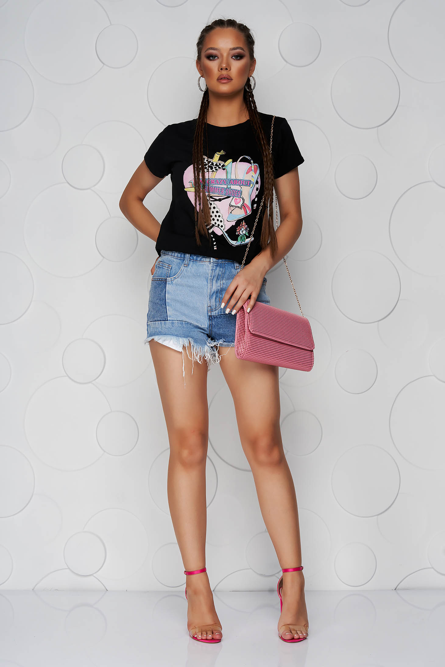 Black t-shirt loose fit cotton with rounded cleavage with graphic details
