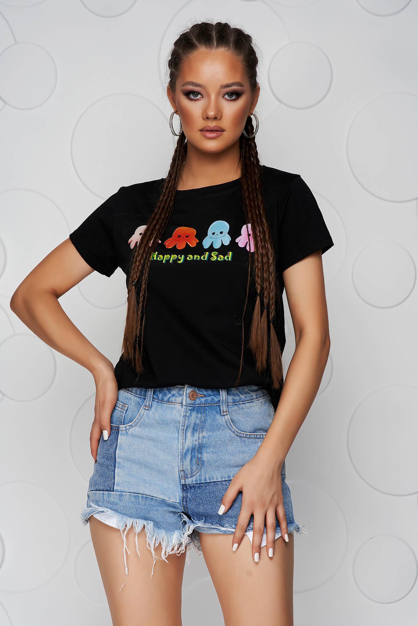Fekete pamutból készült bő szabású póló kerekített dekoltázssal grafikai díszítéssel
