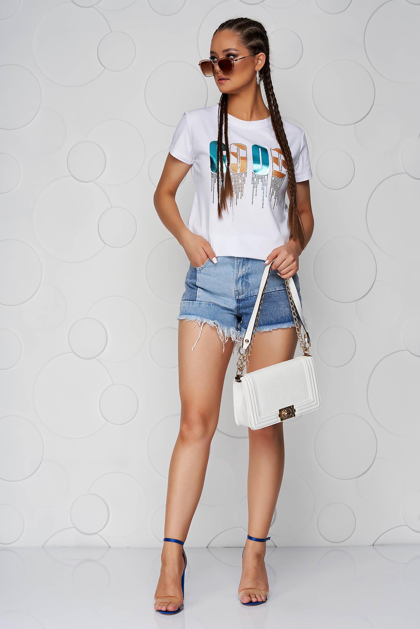 Fehér pamutból készült bő szabású póló kerekített dekoltázssal grafikai díszítéssel