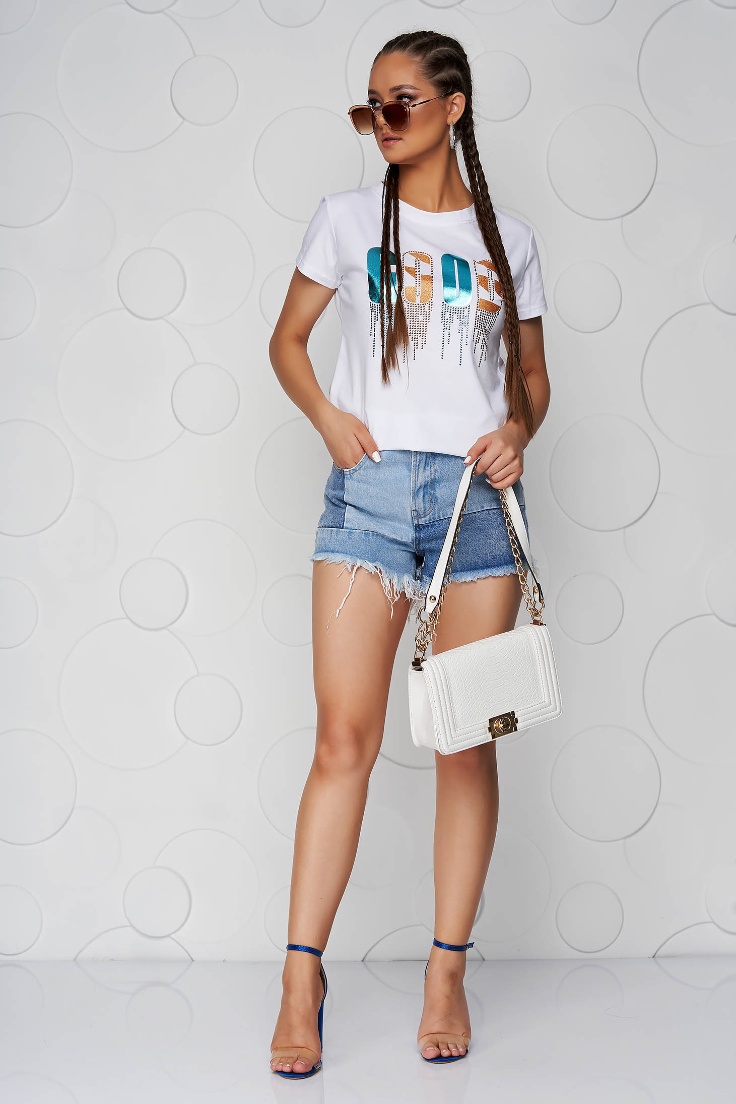White t-shirt loose fit cotton with rounded cleavage with graphic details