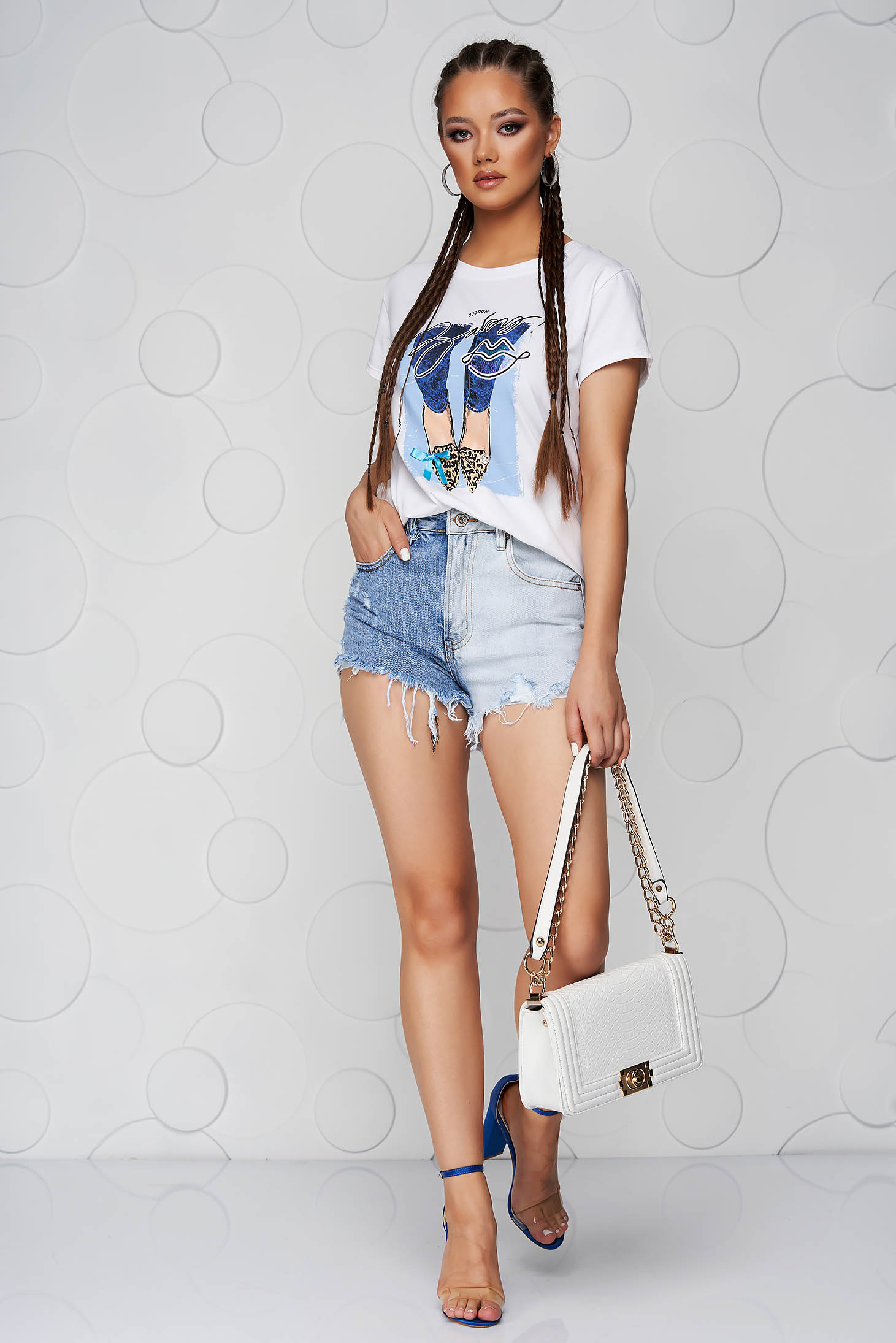 Lightblue t-shirt cotton loose fit with rounded cleavage with graphic details