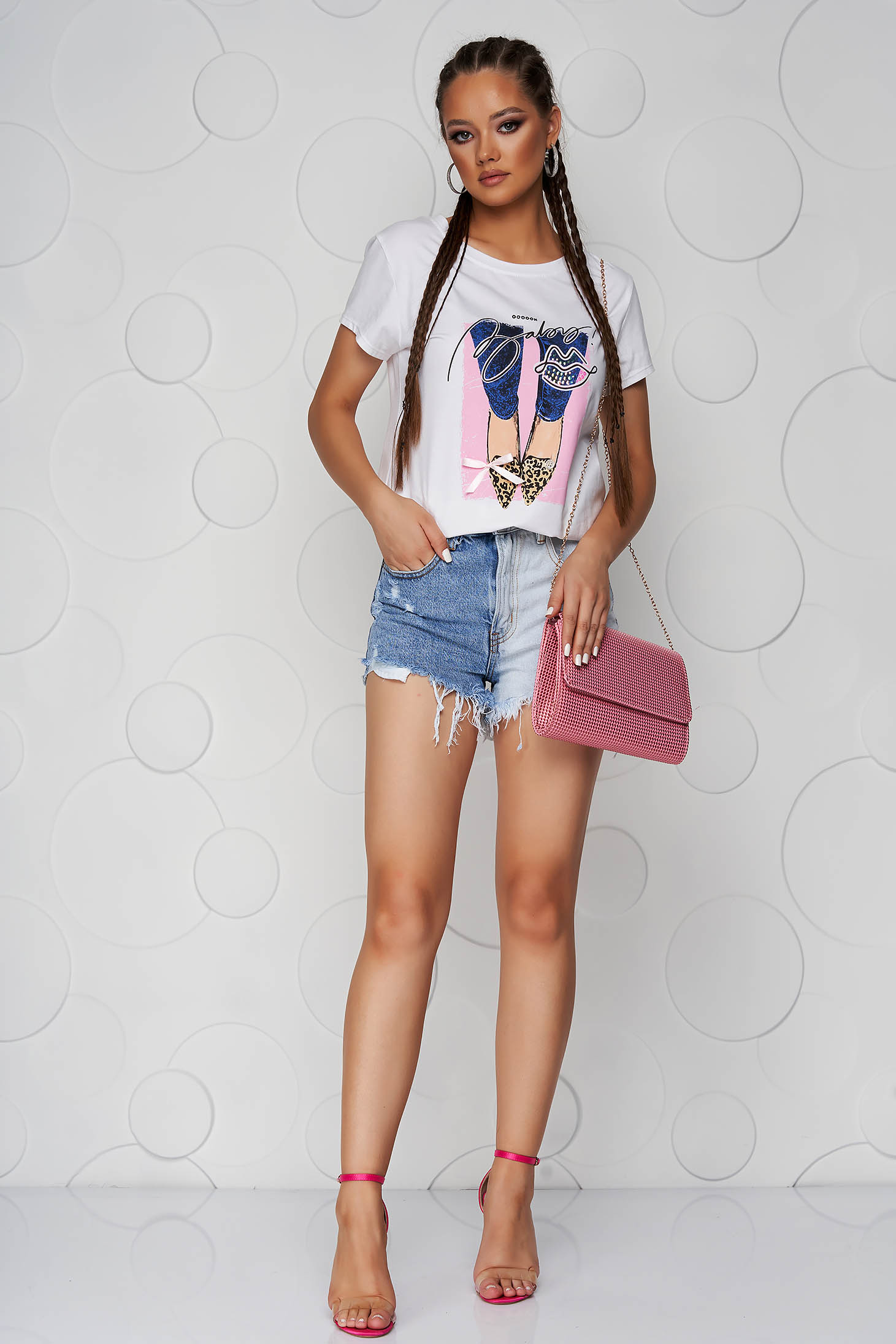 Pink t-shirt cotton loose fit with rounded cleavage with graphic details