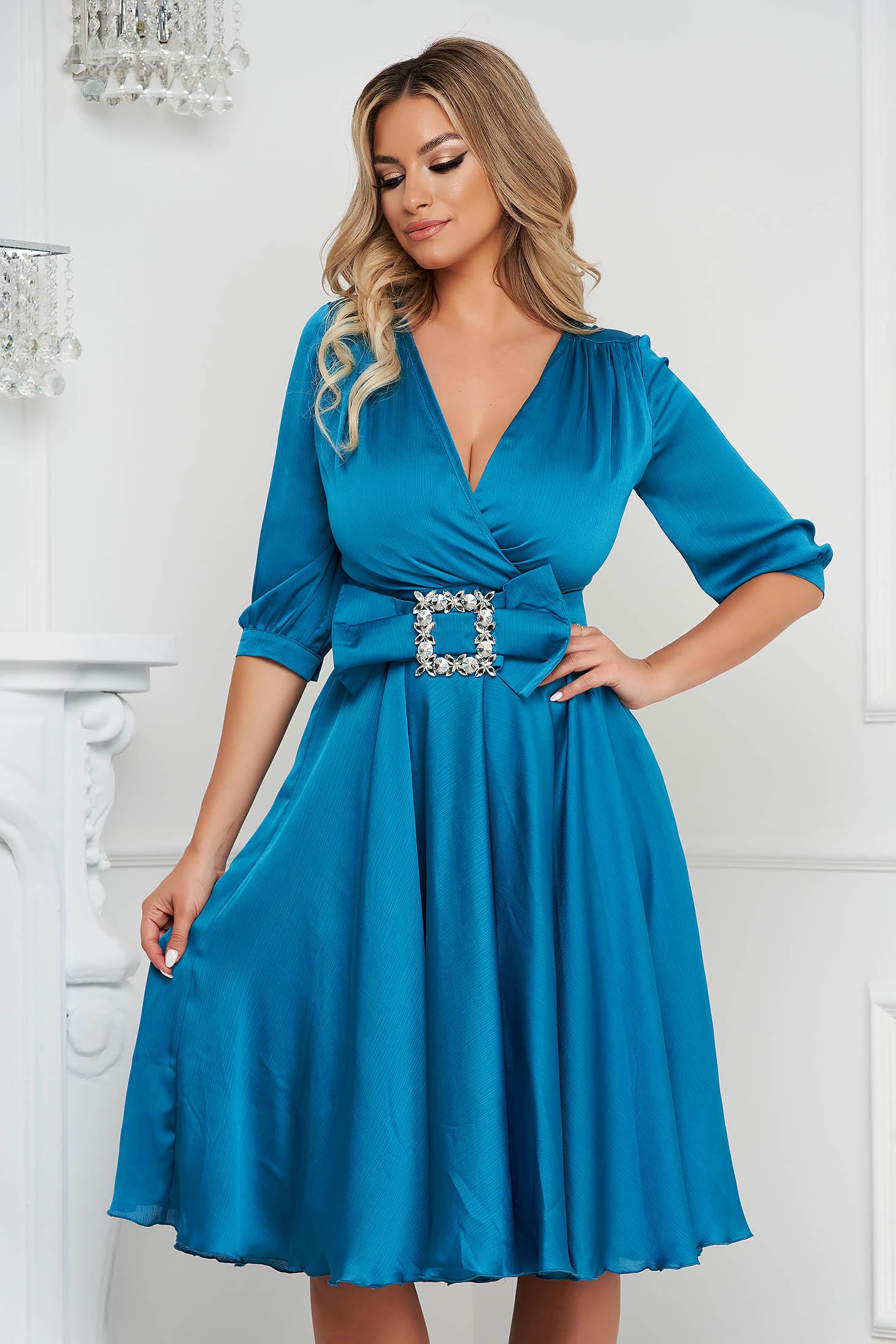 Rochie PrettyGirl turcoaz eleganta midi in clos din satin accesorizata cu o catarama
