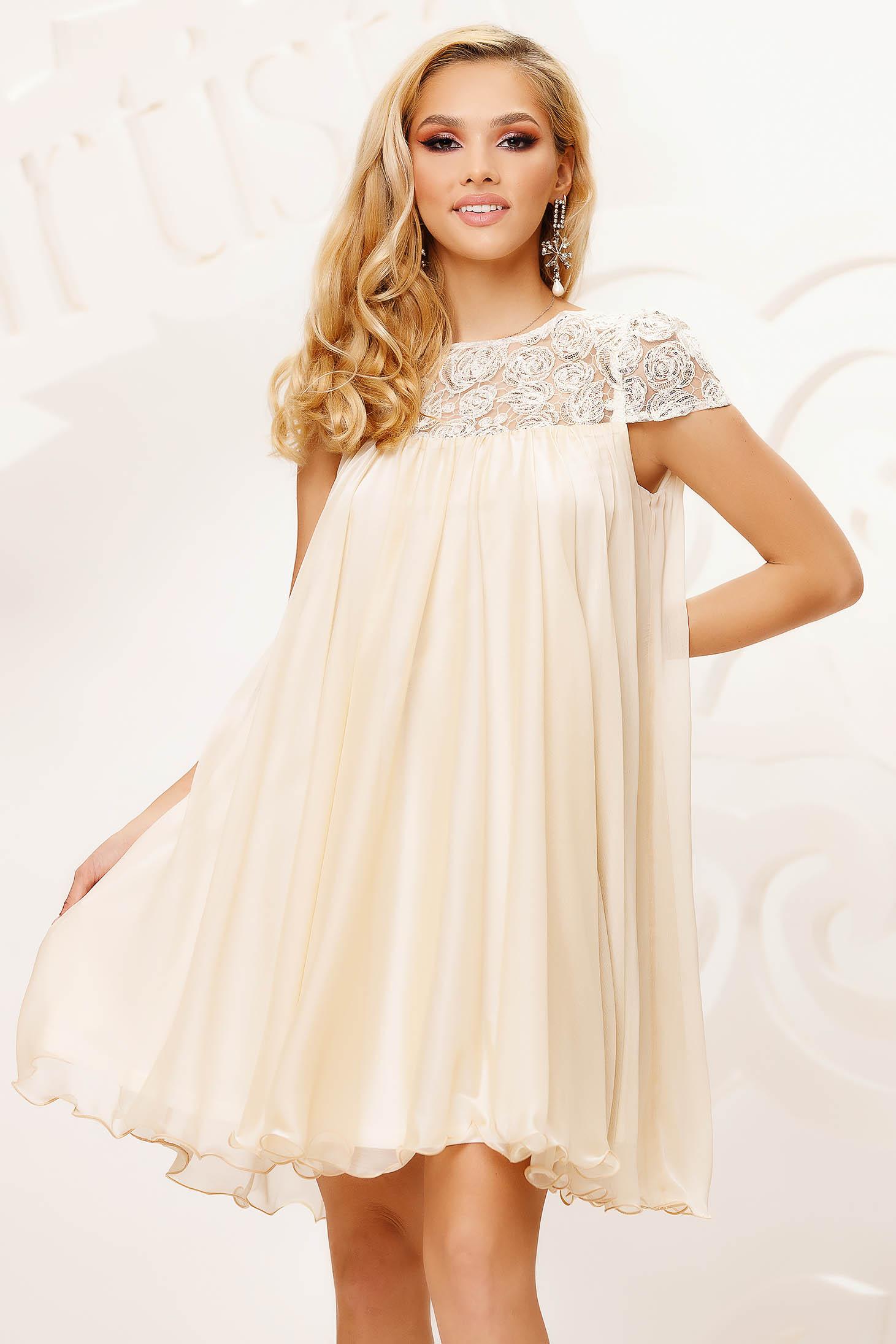 Alkalmi bő szabású rövid muszlin krémszínű ruha csipke díszítéssel