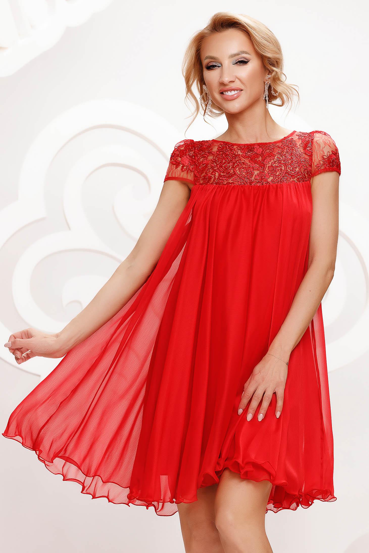 Alkalmi bő szabású rövid muszlin téglaszínű ruha csipke díszítéssel