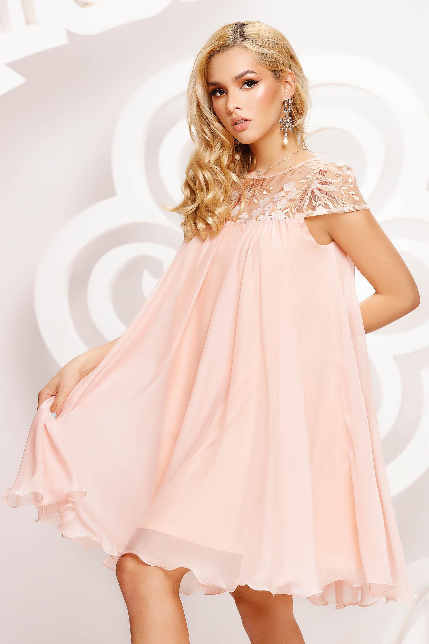 Alkalmi bő szabású rövid muszlin barackvirágszínű ruha csipke díszítéssel