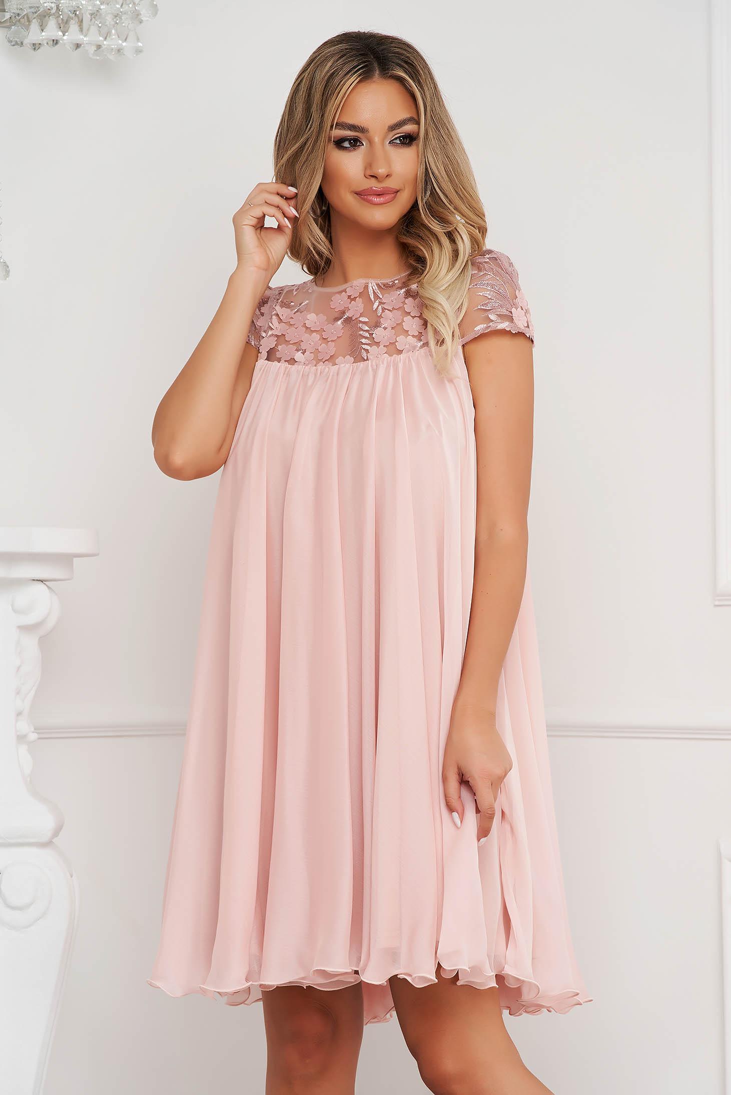 Alkalmi bő szabású rövid muszlin világos rózsaszínű ruha csipke díszítéssel