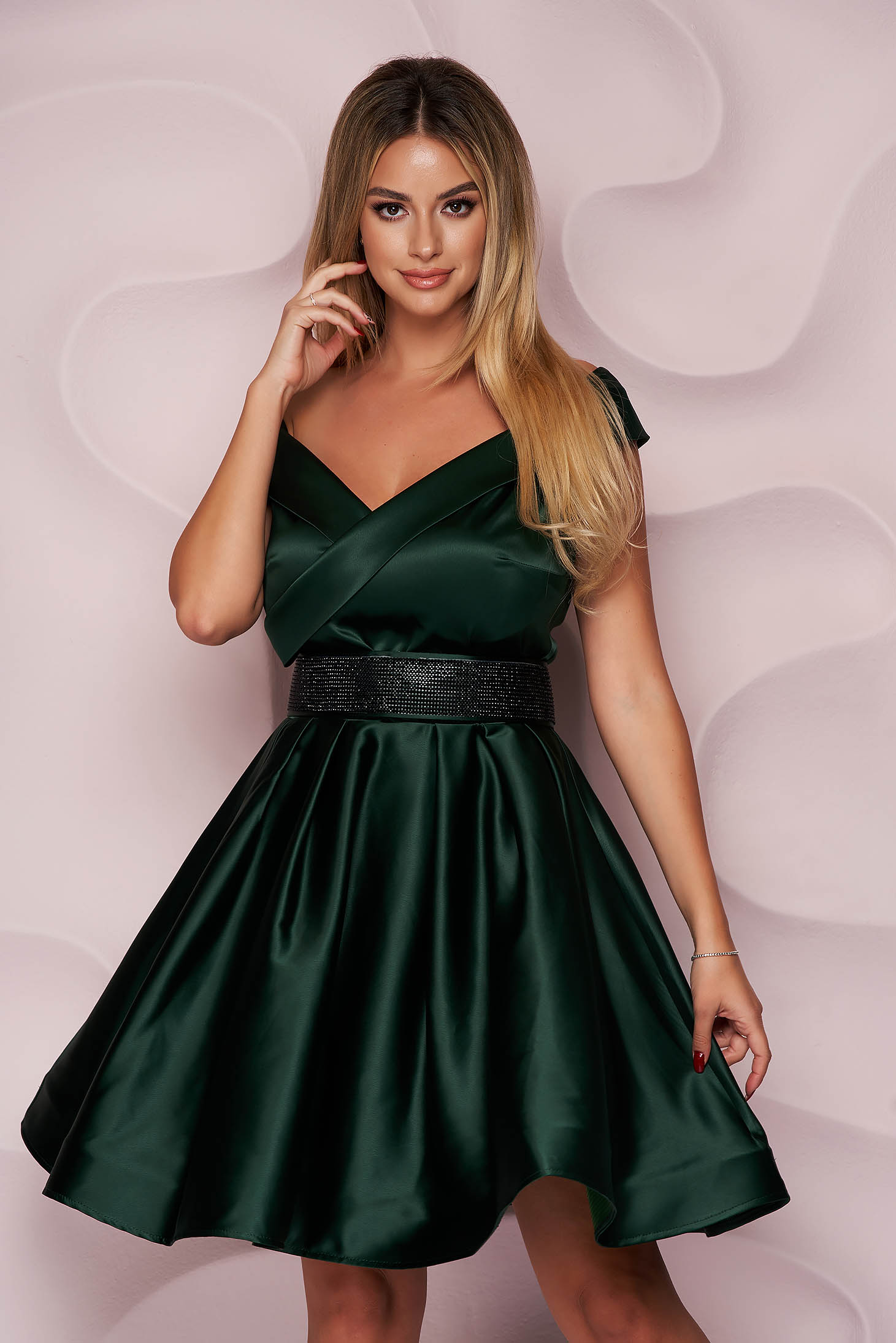 Dirty green dress from satin cloche occasional on the shoulders short cut