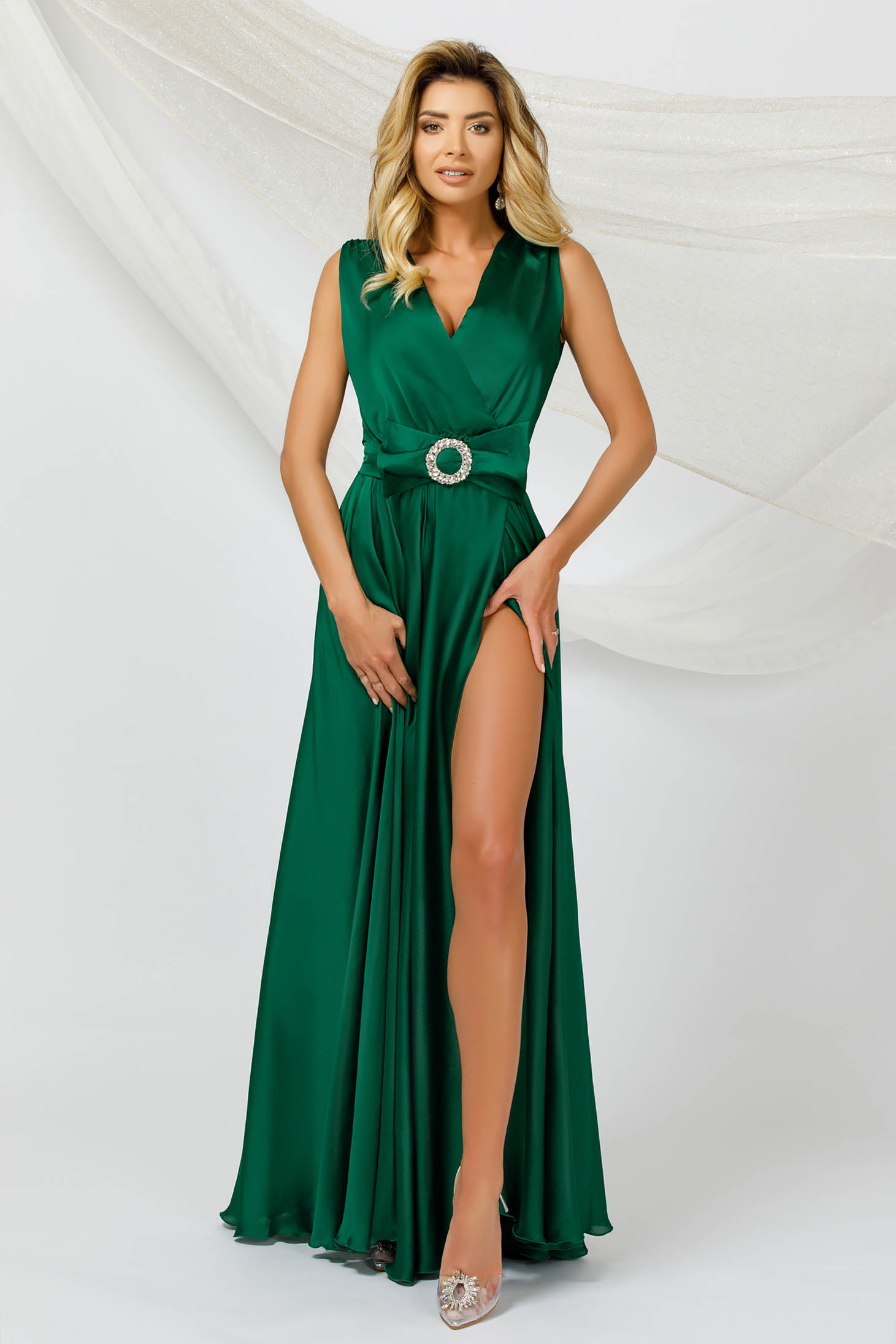 Green dress long cloche from veil fabric from satin fabric texture sleeveless occasional