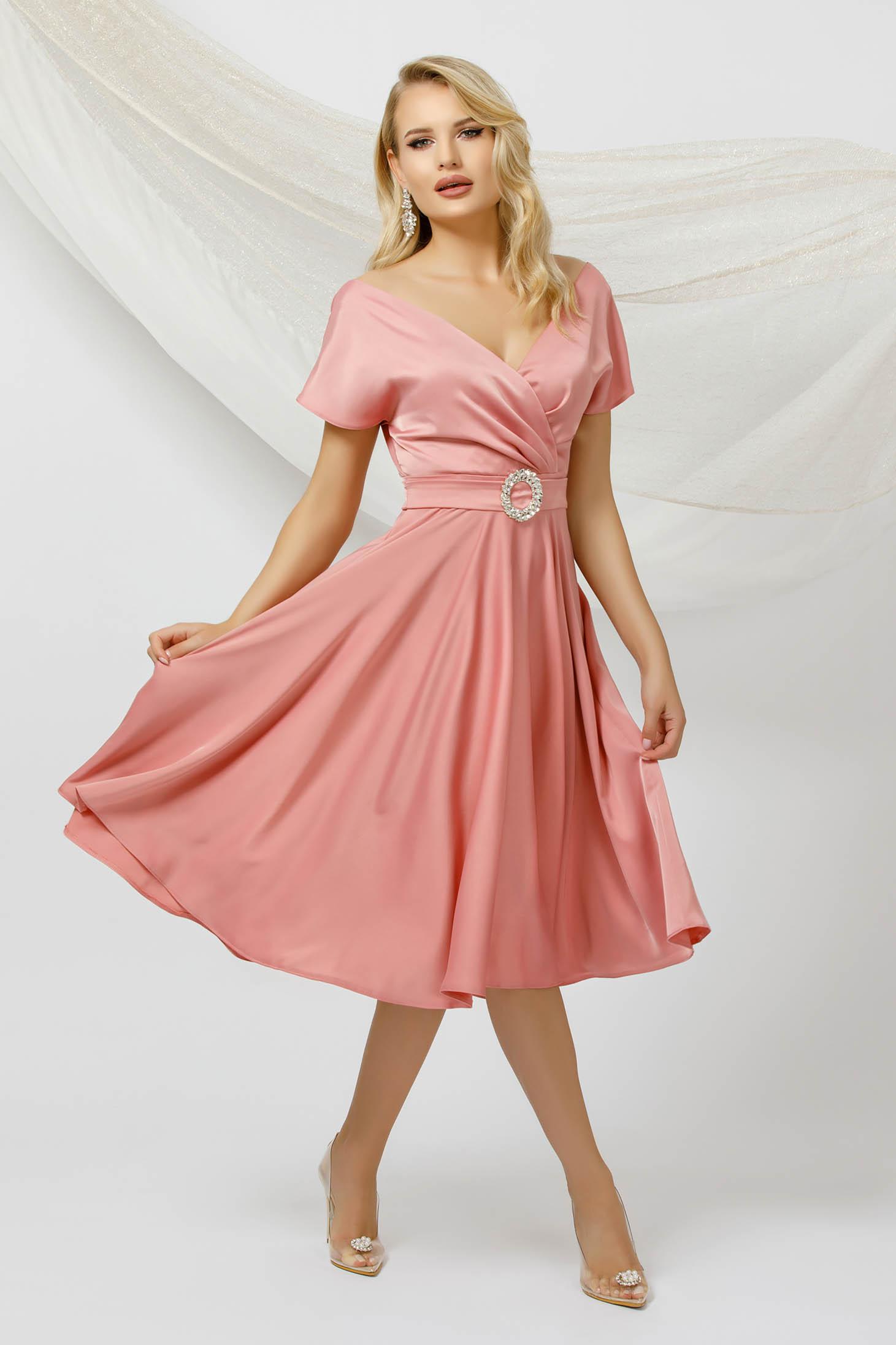 Rochie PrettyGirl roz deschis in clos midi din satin cu un cordon care se leaga la spate
