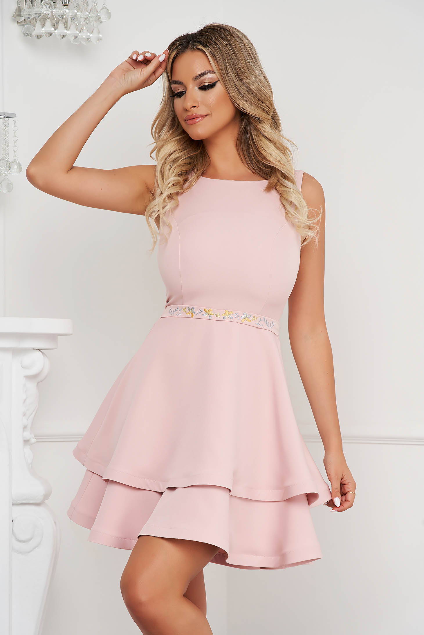 Alkalmi púder rózsaszínű StarShinerS rövid ruha virágos hímzéssel, harang alakú szoknyarésszel, vékony anyagú szövetből