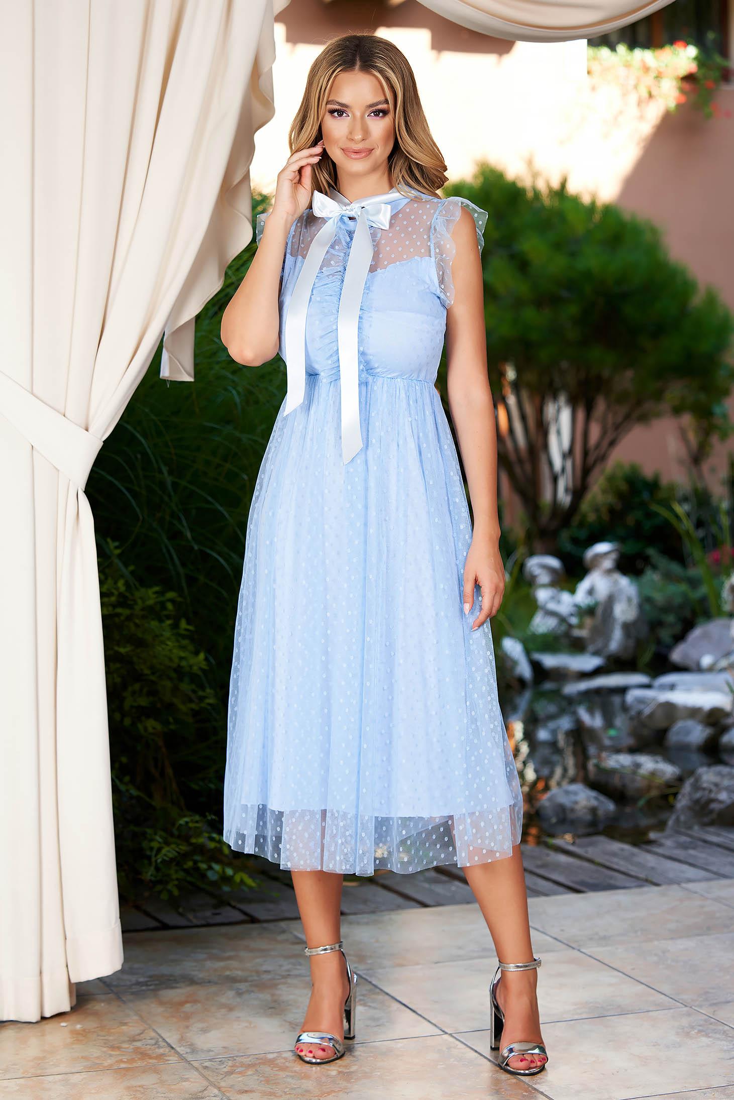 Rochie albastru-deschis midi de ocazie din tul in clos pe gat cu aplicatii din plumeti si cu volanase