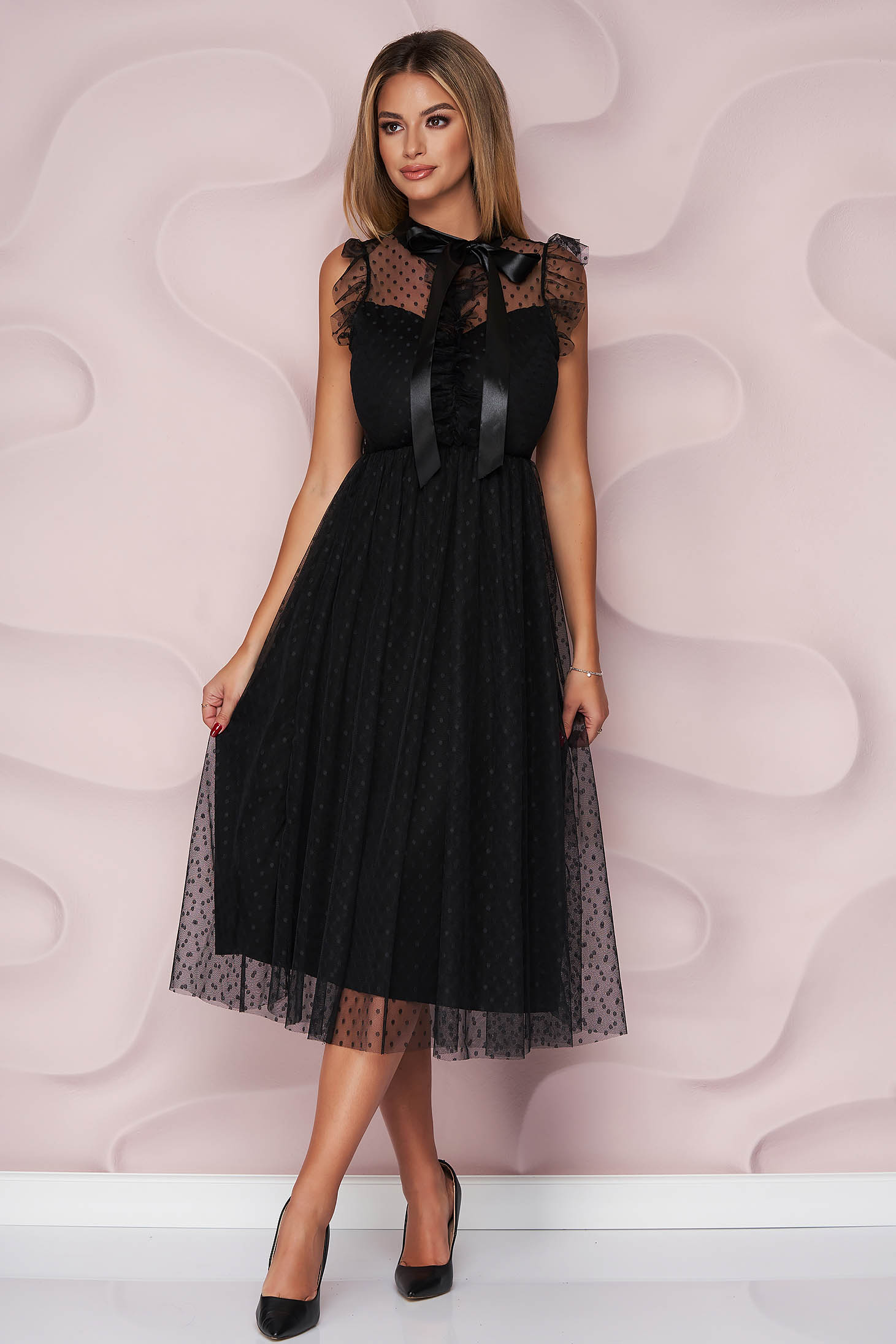 Rochie neagra midi de ocazie din tul in clos pe gat cu aplicatii din plumeti si volanase