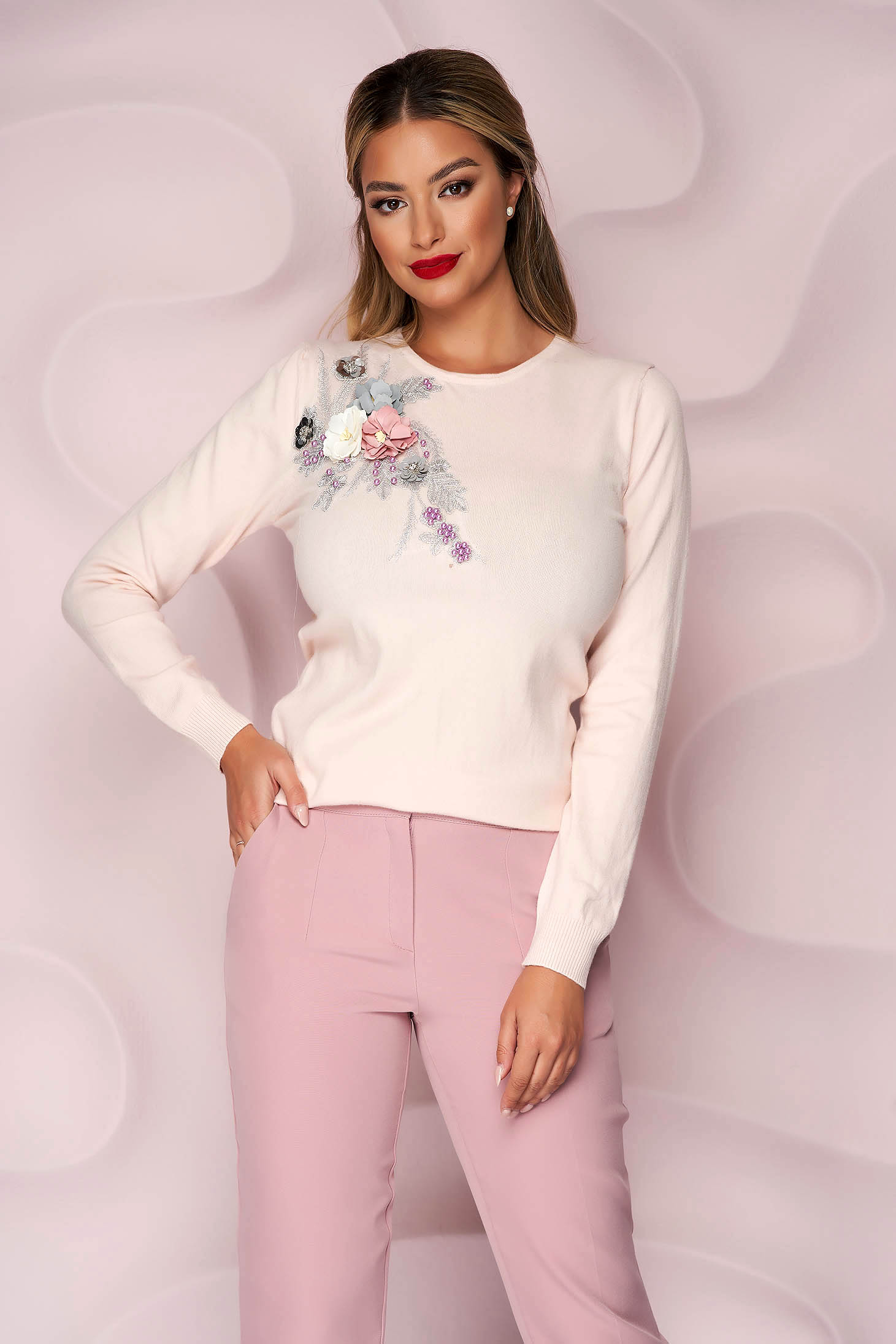 Lightpink sweater knitted loose fit with raised flowers with 3d effect