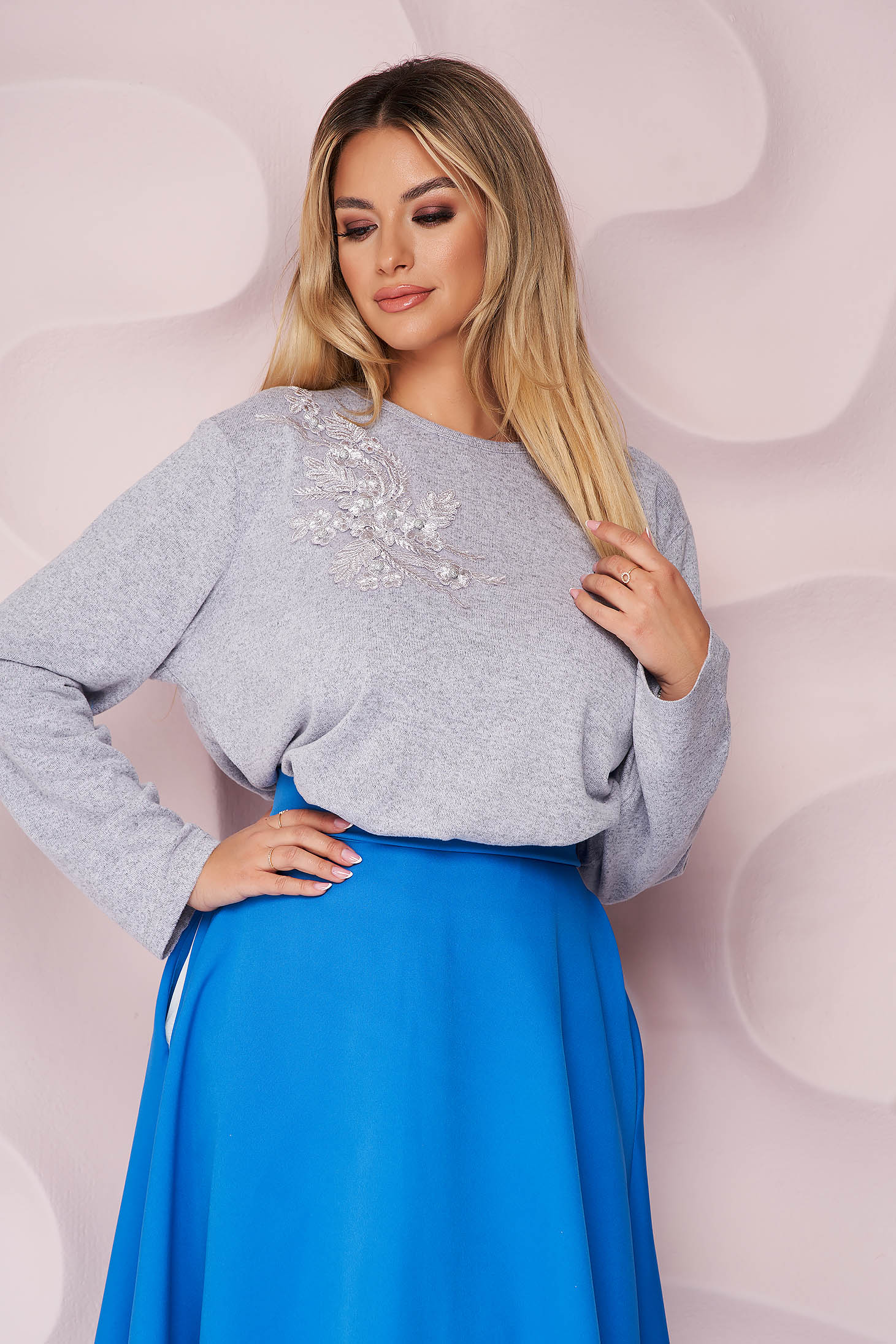 Pulover Lady Pandora lila office cu croi larg din material tricotat elastic si subtire si broderie florala