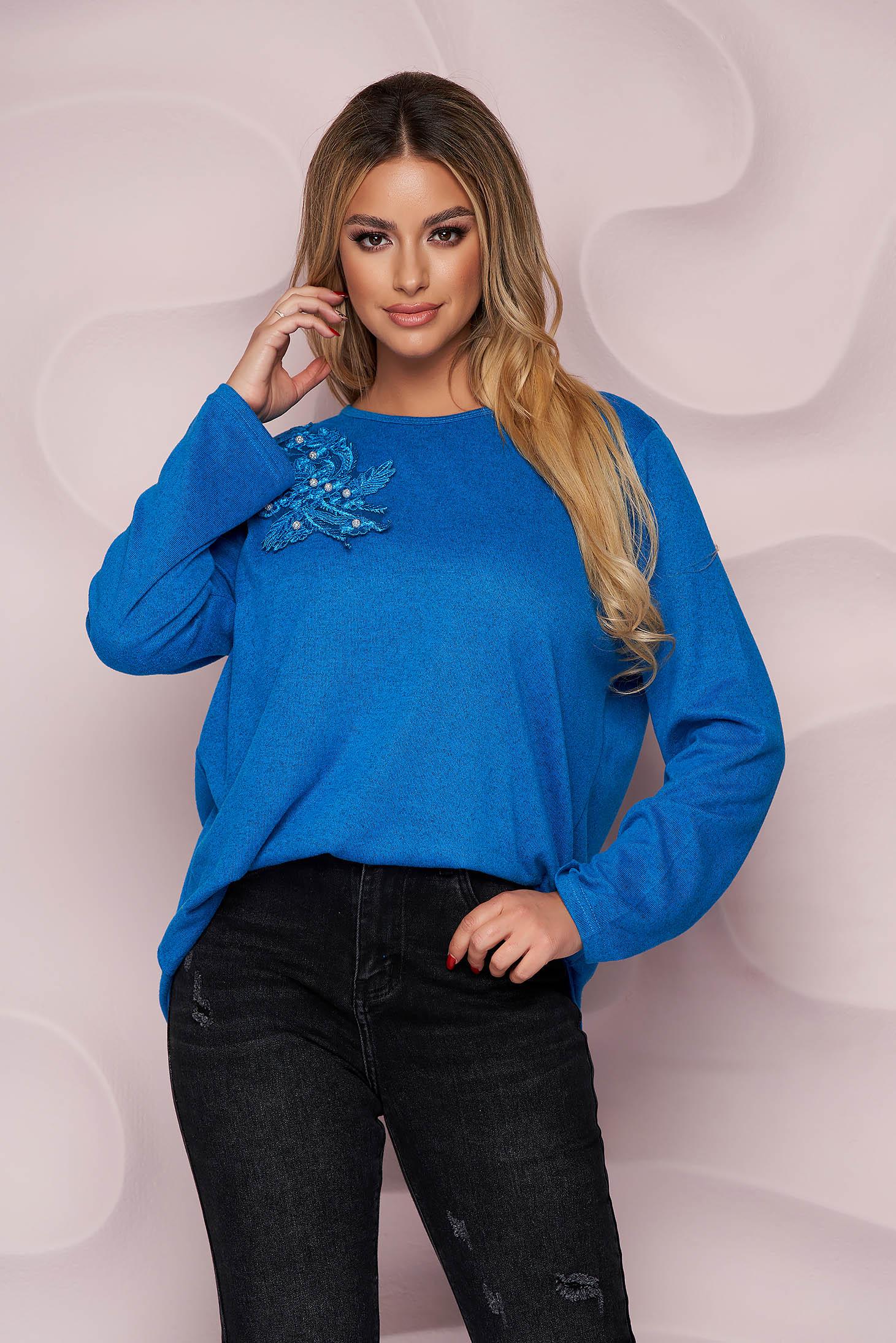 Pulover Lady Pandora albastru office cu croi larg din material tricotat elastic si subtire si broderie florala