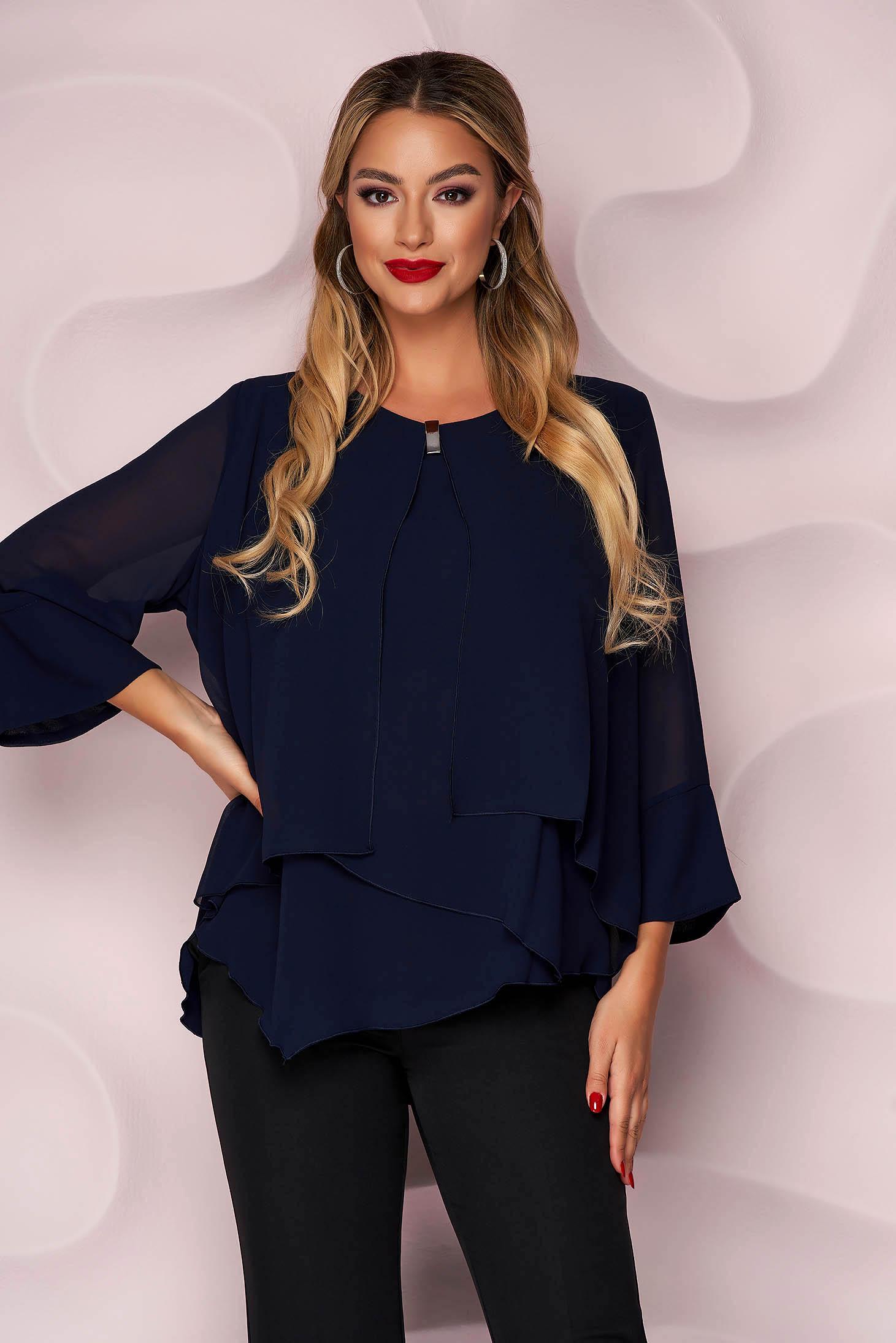 Bluza dama albastru-inchis office cu croi larg asimetrica din material vaporos si subtire cu accesoriu metalic