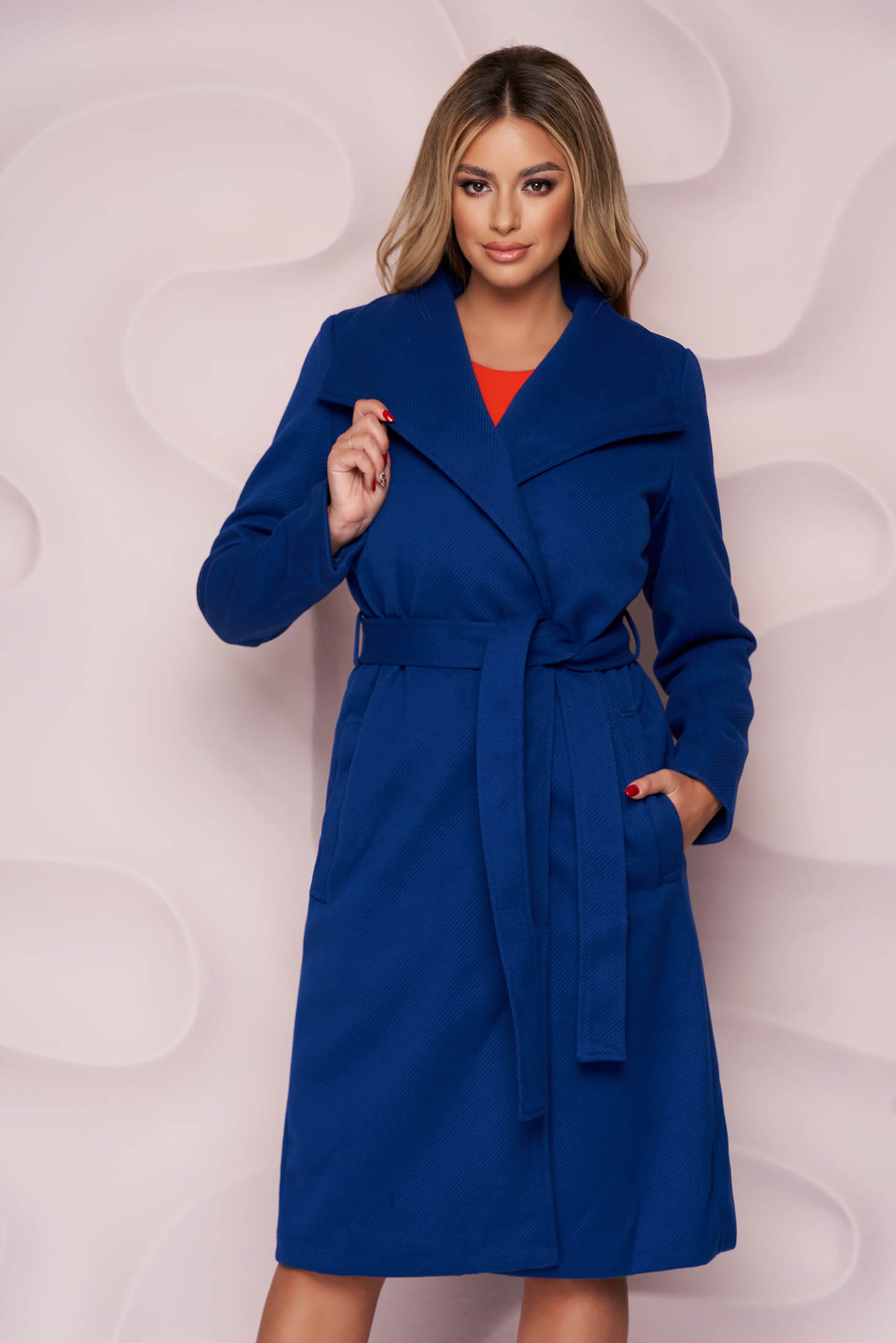 Blue coat with straight cut thick fabric detachable cord with faux fur lining