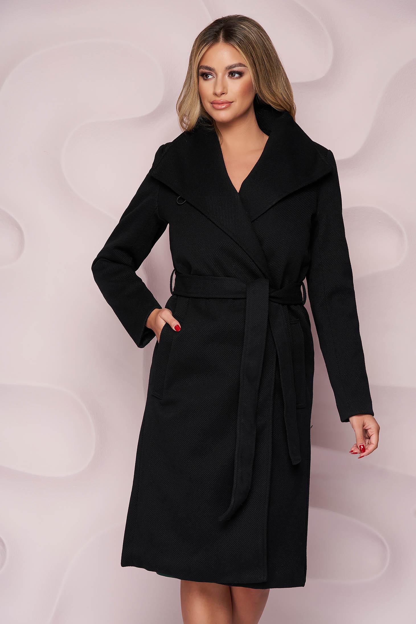 Fekete egyenes szabású kabát vastag anyagból, eltávolítható övvel és bundabélessel ellátva