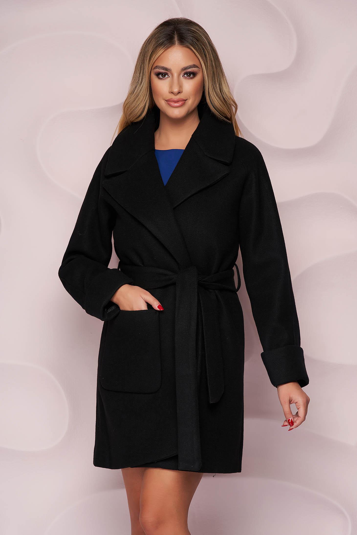 Fekete irodai egyenes szabású kabát vastag finom tapintású anyagból eltávolítható övvel