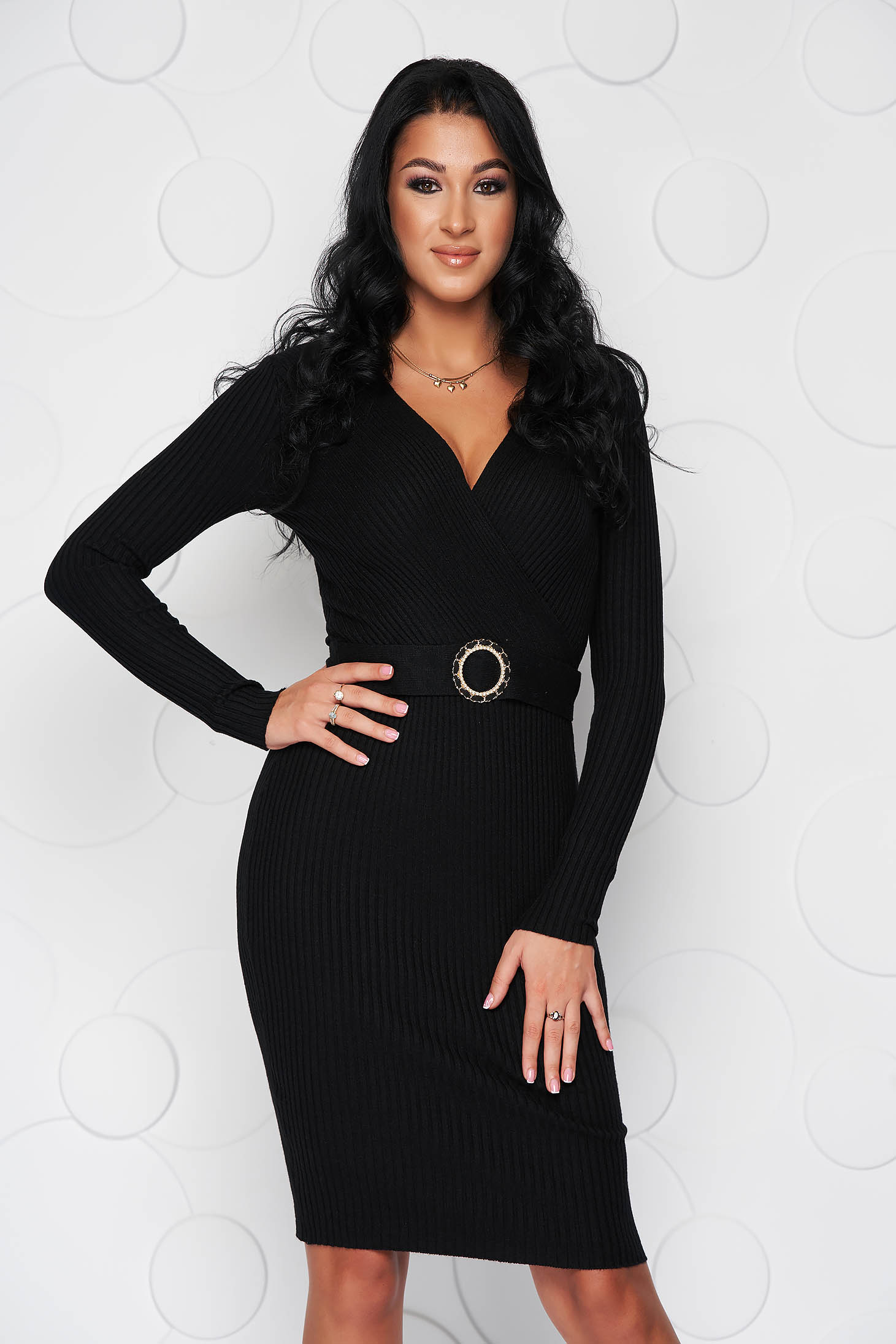Rochie SunShine neagra midi din material tricotat elastic si reiat accesorizata cu o catarama