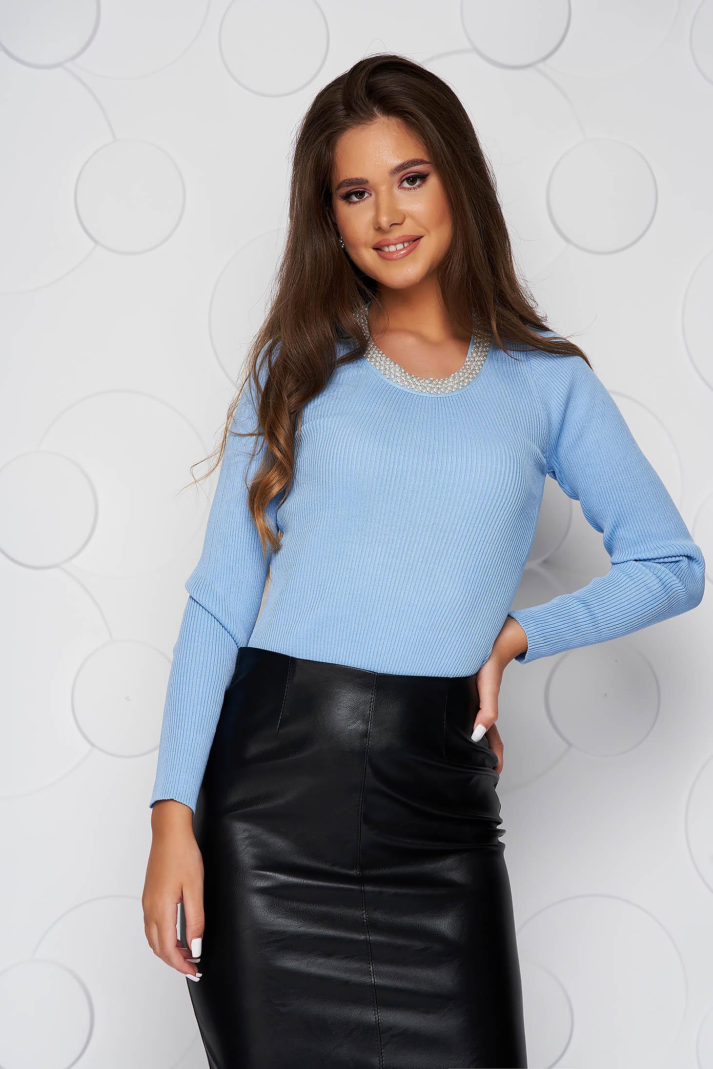 Bluza dama albastra-deschis scurta casual din material elastic tricotat si aplicatii cu perle