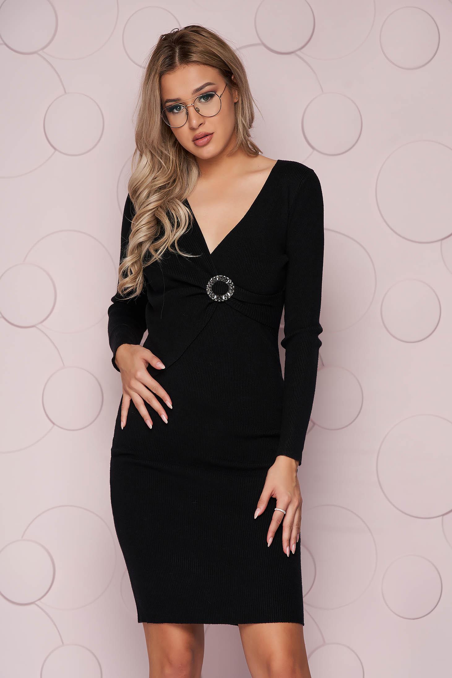 Rochie SunShine neagra midi cu un croi mulat din material elastic tricotat accesorizata cu brosa