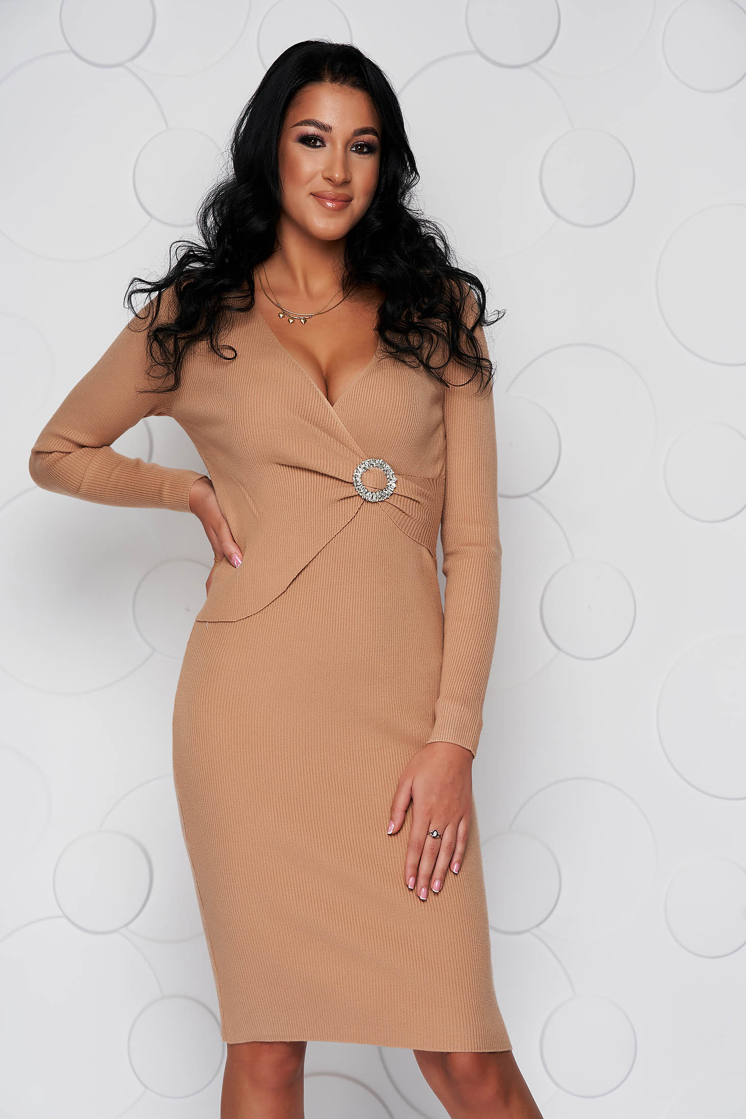 Cream dress midi knitted from elastic fabric with tented cut accessorized with breastpin