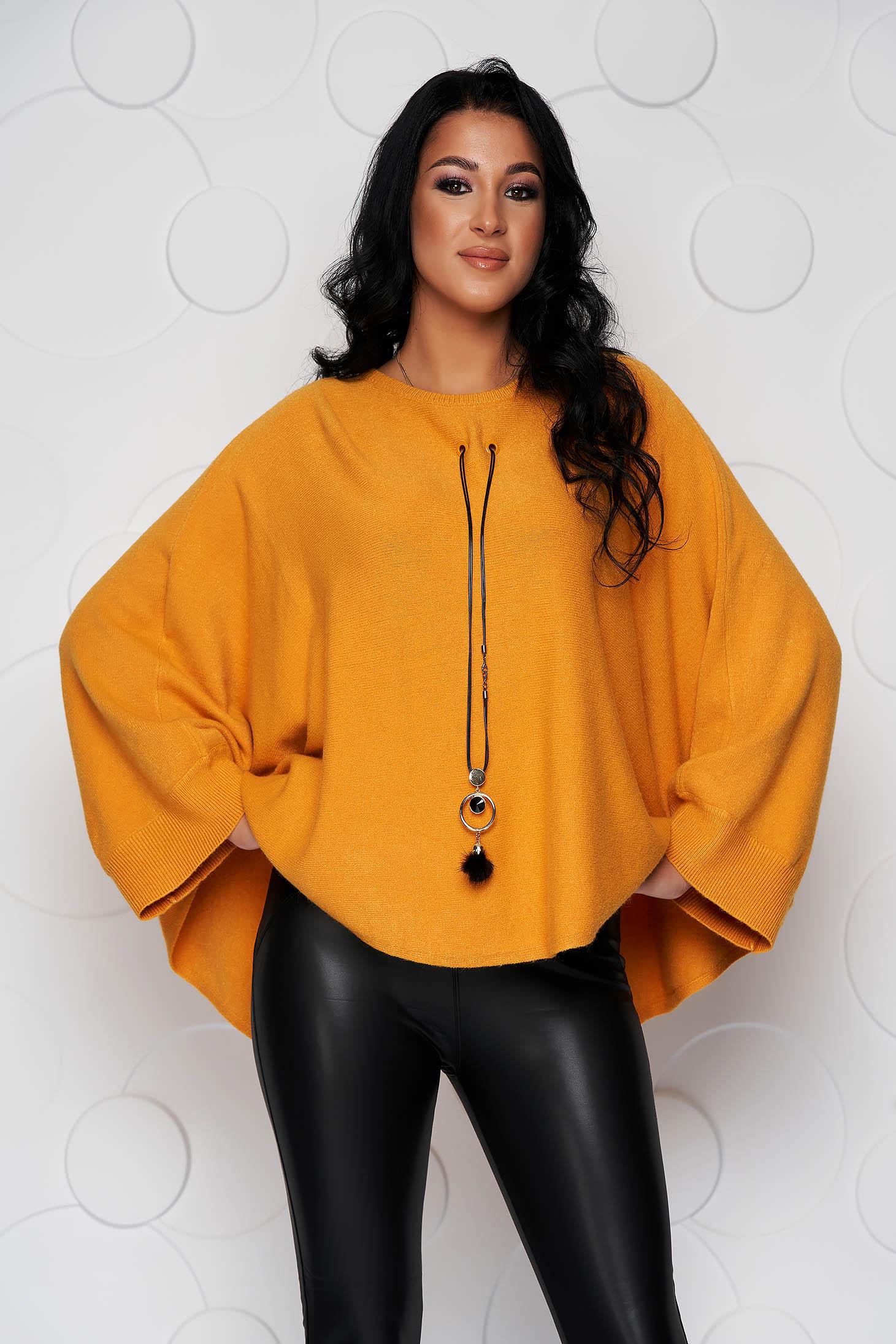 Pulover SunShine mustariu casual cu croi larg din material tricotat si elastic si accesoriu tip colier