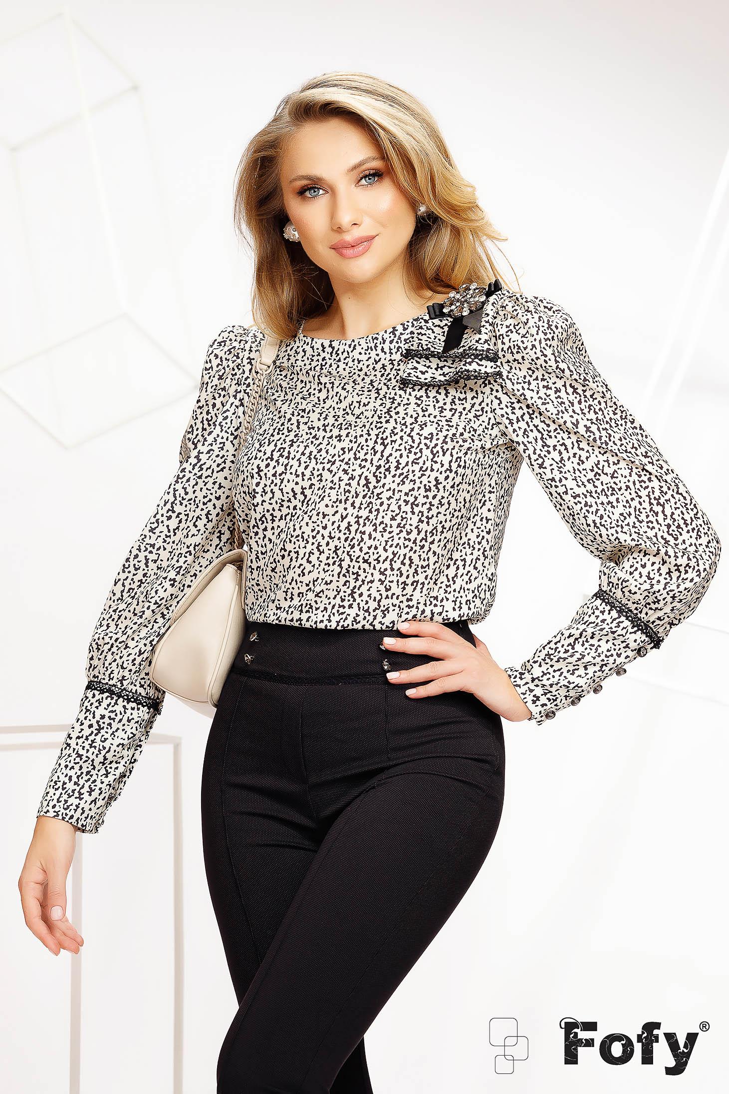 Bluza dama Fofy animal print casual din material subtire si neelastic accesorizata cu brosa
